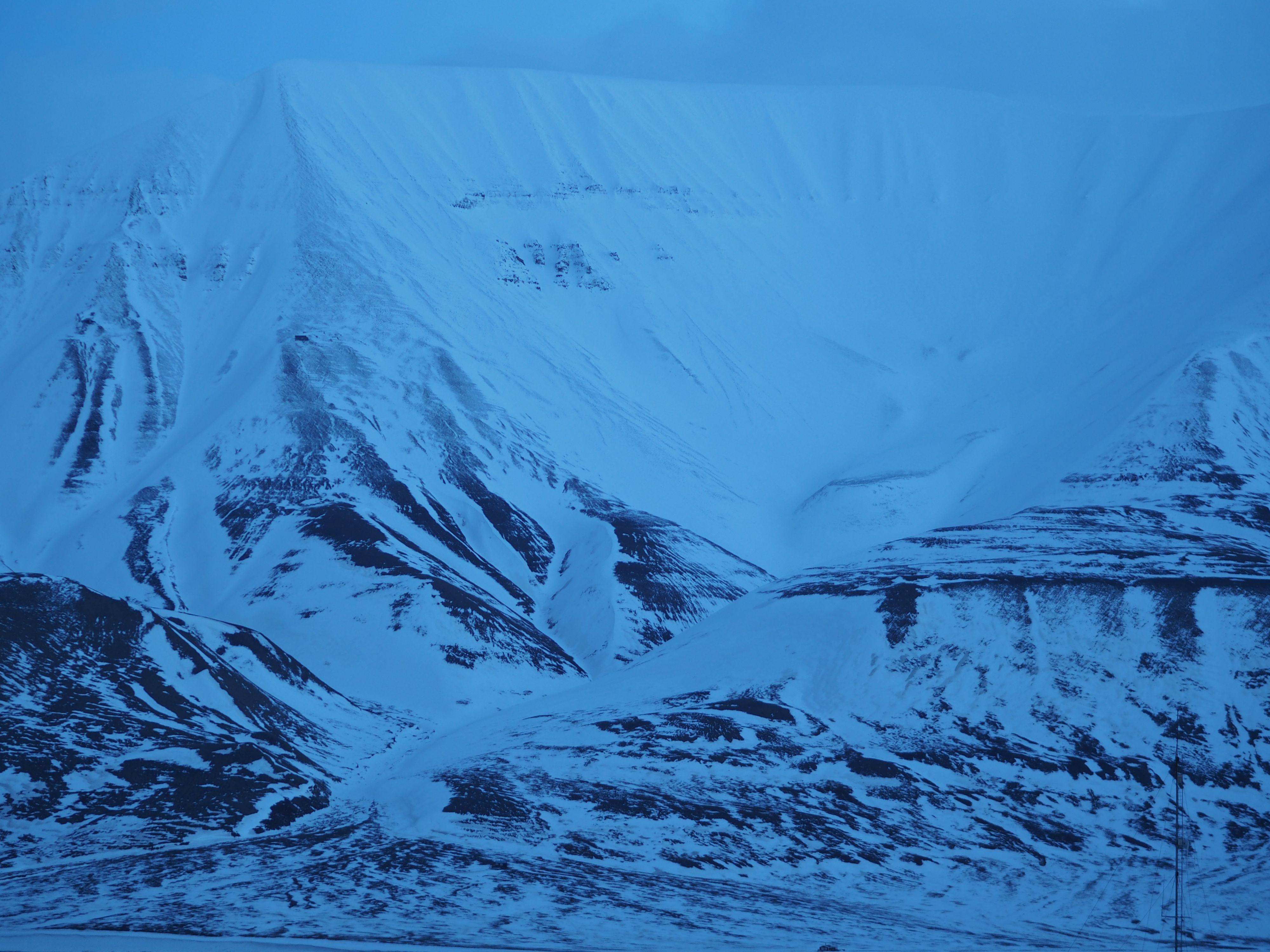 I blåtimen på Svalbard er det ikke mye hvitt å spore. .Foto: Kjersti Stuestøl
