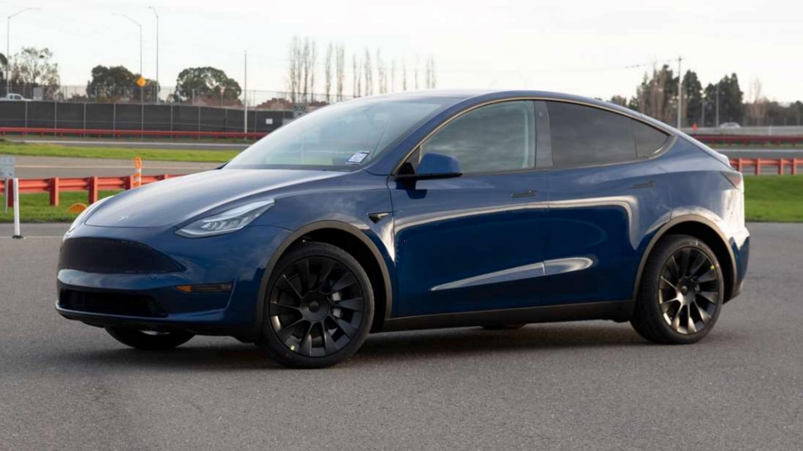 De første Model Y-bilene vil tilsynelatende leveres til amerikanske kunder i andre halvdel av mars. Dette bildet slapp Tesla i starten av februar, og var det første «offisielle» bildet av produksjonsversjonen av bilen.