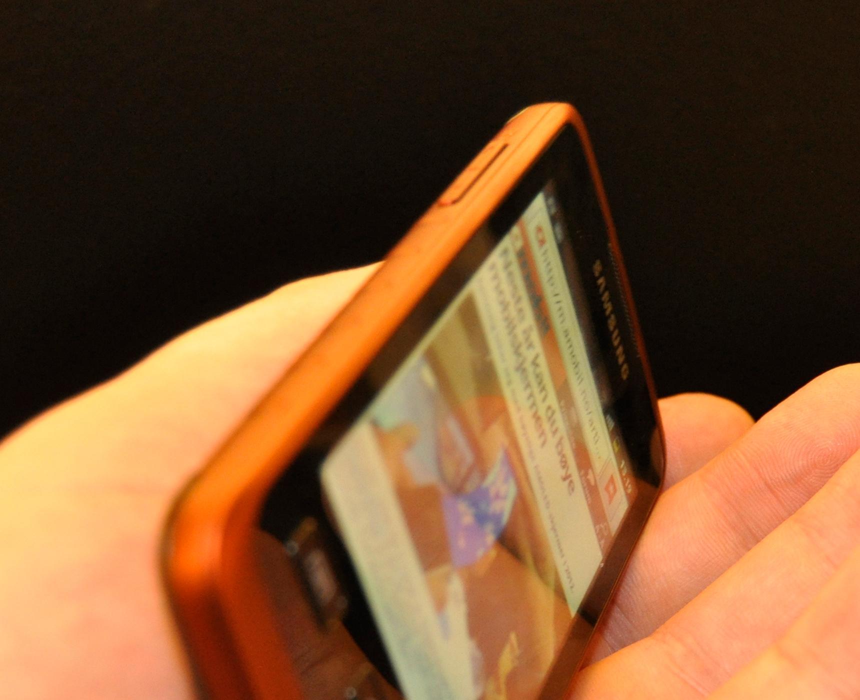 Galaxy Xcover er 12 millimeter tykk. Knappene på siden er likevel store og gode.
