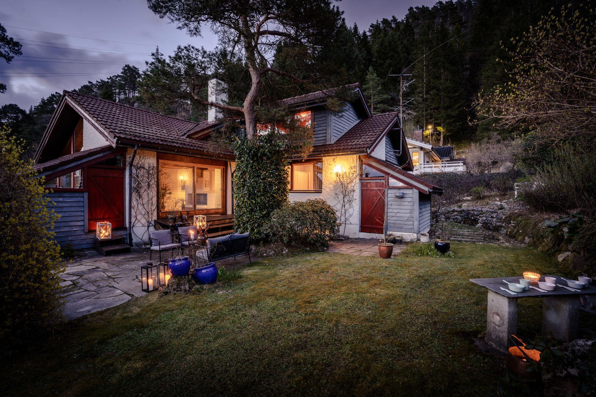 KVELDSSTEMNING: Huset og hagen har en fantastisk atmosfære.