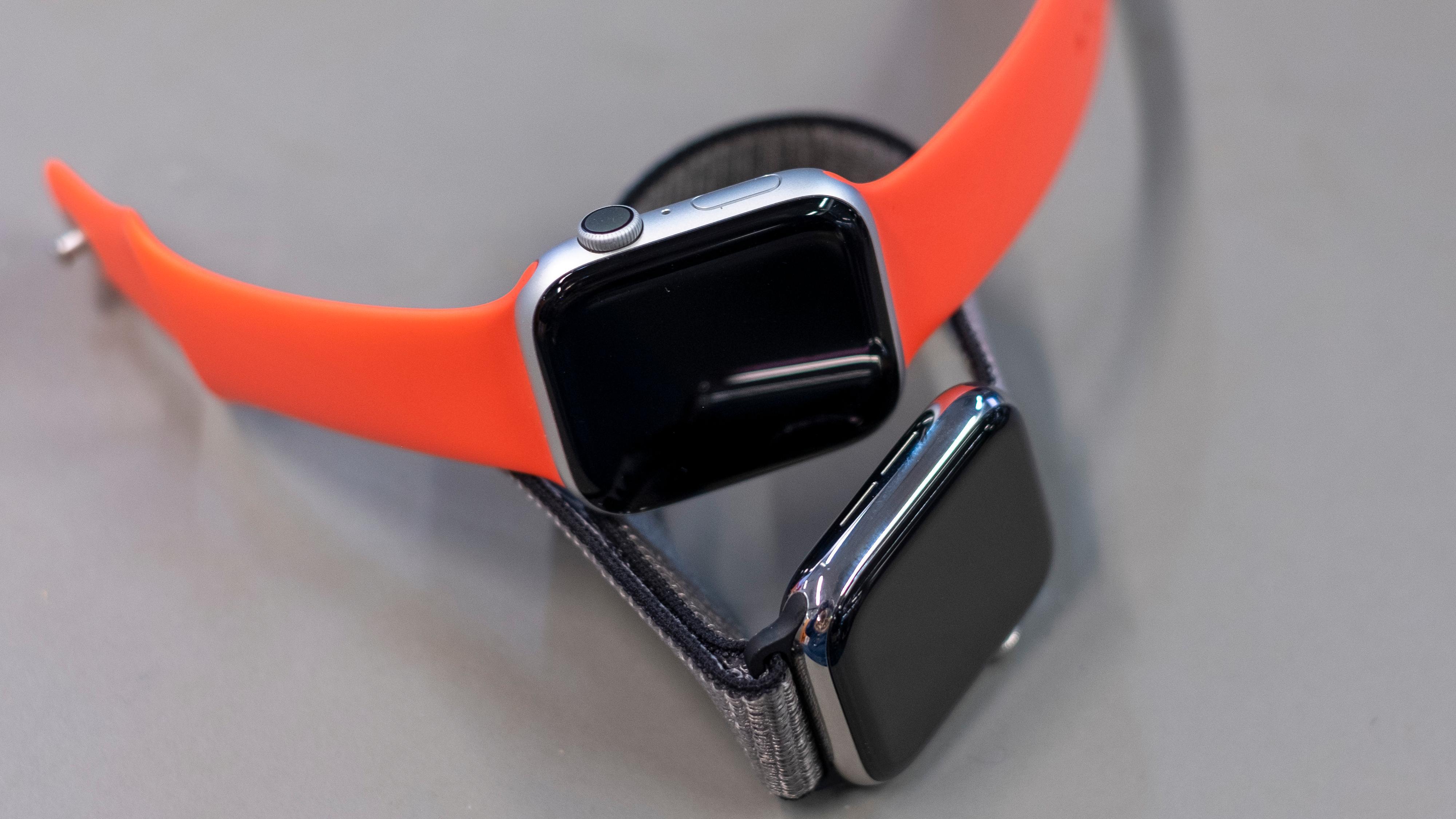 Utseendemessig er det ingen annen forskjell på Apple Watch series 4 og series 5 enn at sistnevntes skjerm gjerne står på når den ikke er i bruk. Hvis du har fjorårets epleklokke er det usikkert om du trenger å bytte, men hvis du har eldre modeller begynner det å bli en del nyheter i series 5. Her er en series 4 i aluminium oppå en series 5 i stål.