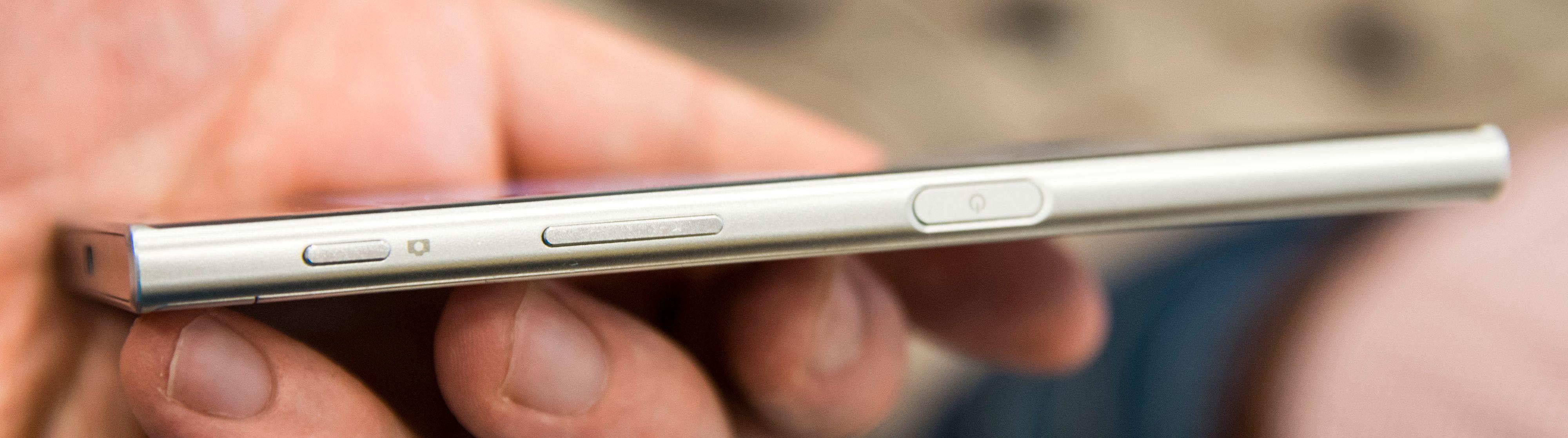 Låsetast med fingerleser, volumknapper og dedikert kameratast bor på høyre langside av telefonen.