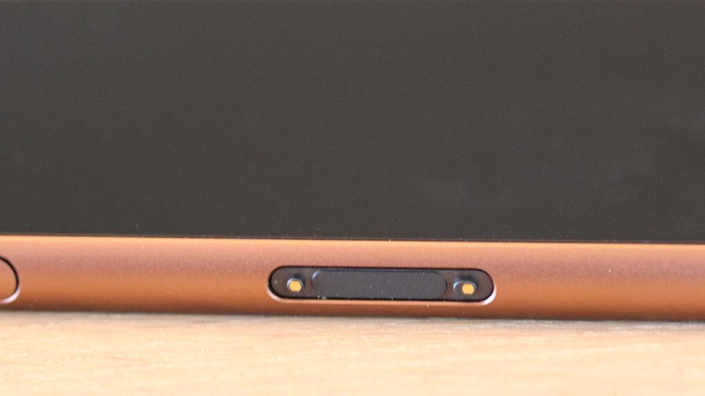 Xperia Z3 kan lades i dokk, så du slipper å åpne ladekontakten.Foto: Espen Irwing Swang, Tek.no