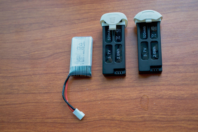 Batteriene i tre utgaver Hubsan X4. Batteriet til venstre tilhører X4 HD, det i midten til X4 Plus og det til høyre til X4 Plus FPV. Her ser du også grunnen til at batteriene i X4 Plus og X4 Plus FPV ikke kan brukes om hverandre, selv om de er av samme type: plastenden er forskjellig.