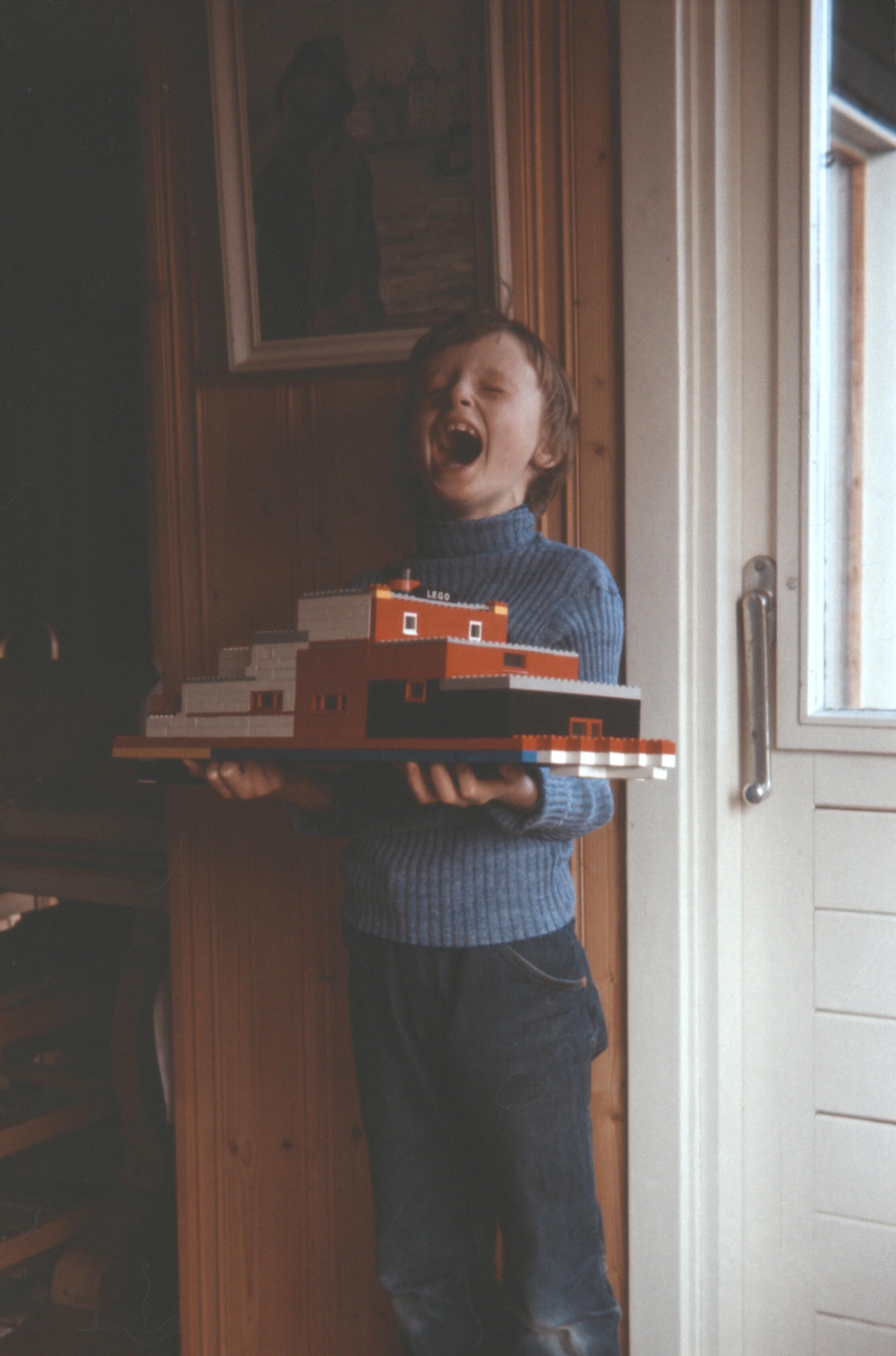 – Lego var en viktig inspirasjon for meg. Dessverre var det også en hel generasjon arkitekter som vokste opp med Lego og i dag ser vi resultatene i form av funkisblokker som spretter på steder de ikke hører hjemme. Det var bra jeg oppdaget datamaskiner og ikke ble arkitekt, mener Lie – i seks år gammel versjon på bildet.Foto: Privat