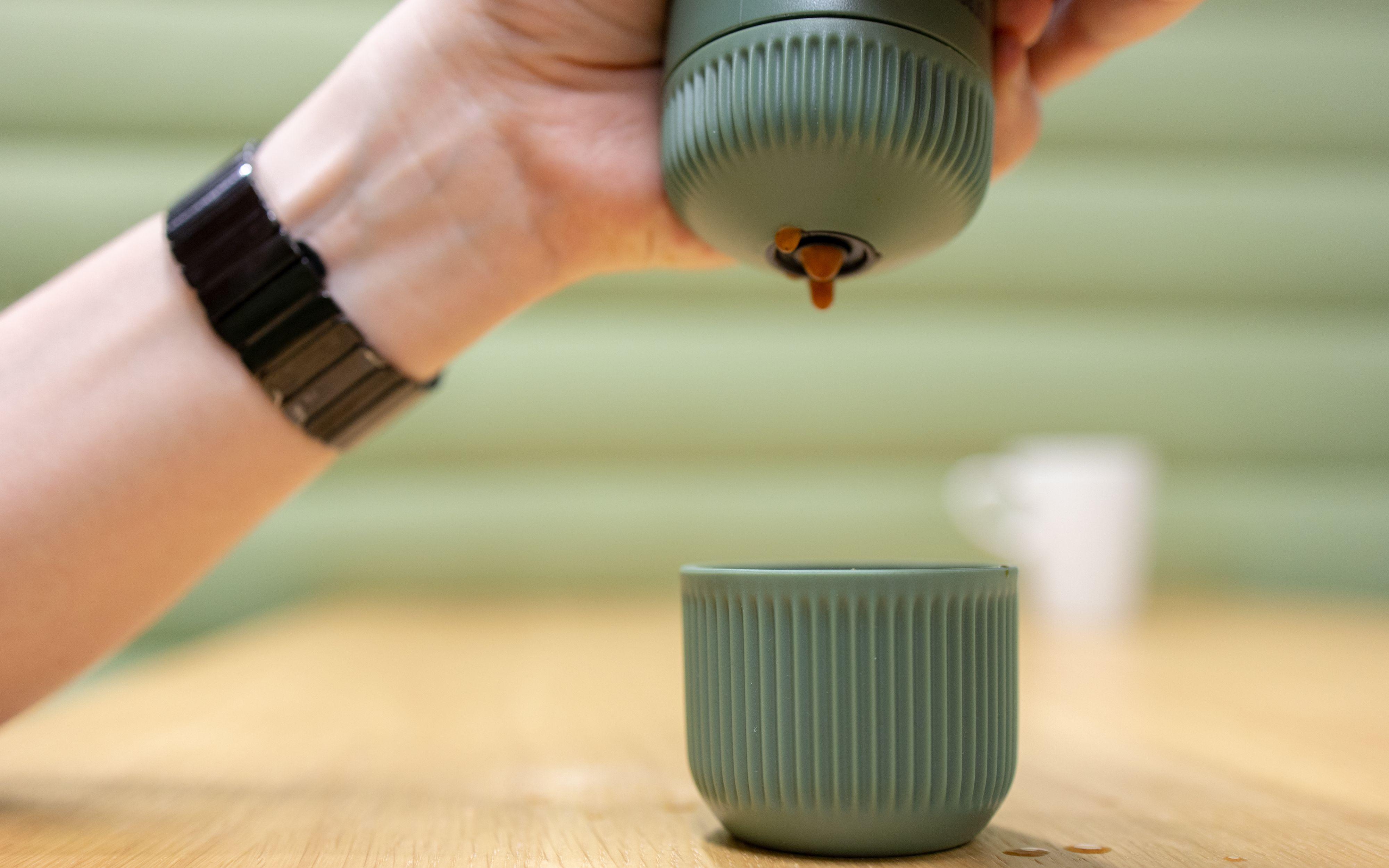 Denne koppen klipser du rundt vannbeholderen når du ikke bruker den.