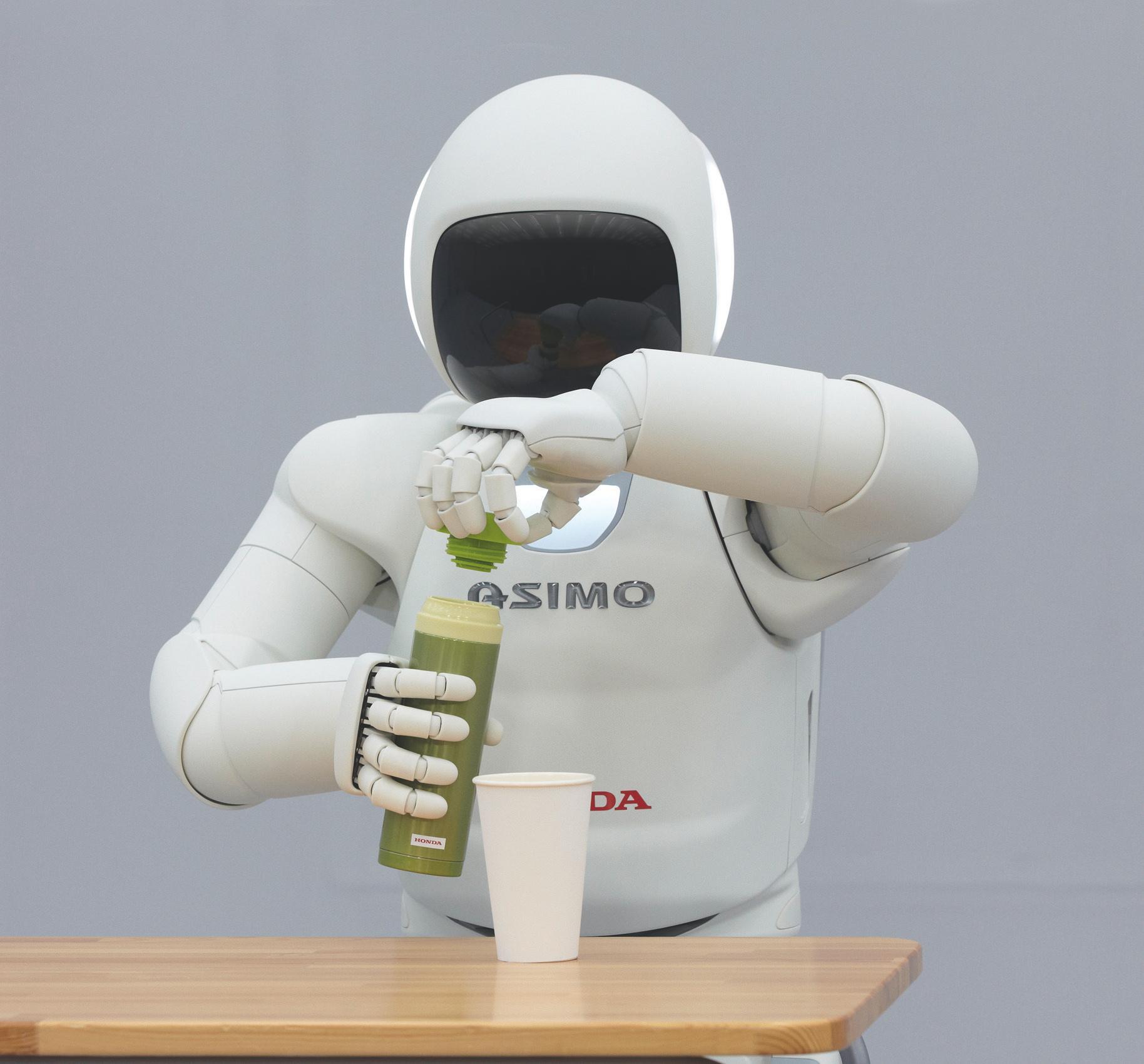 Nye ASIMO er i stand til å skru av korken på flasker.Foto: Honda