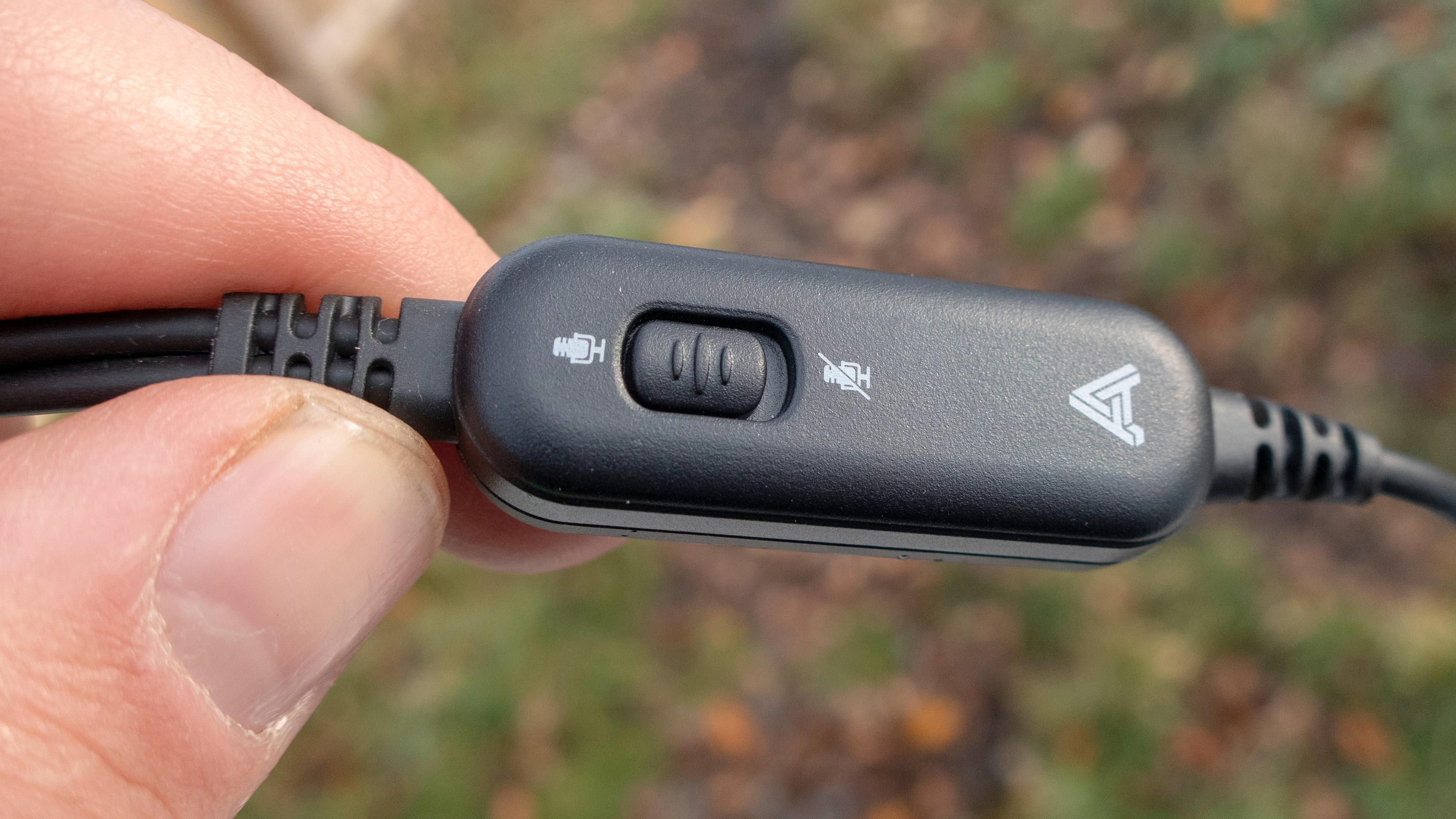 På ledningen som har mikrofon følger det også med en egen mute-knapp som kan være hendig å ha.