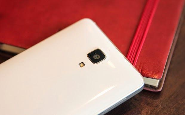 Baksiden minner en del om for eksempel Samsung Galaxy S4.Foto: Xiaomi