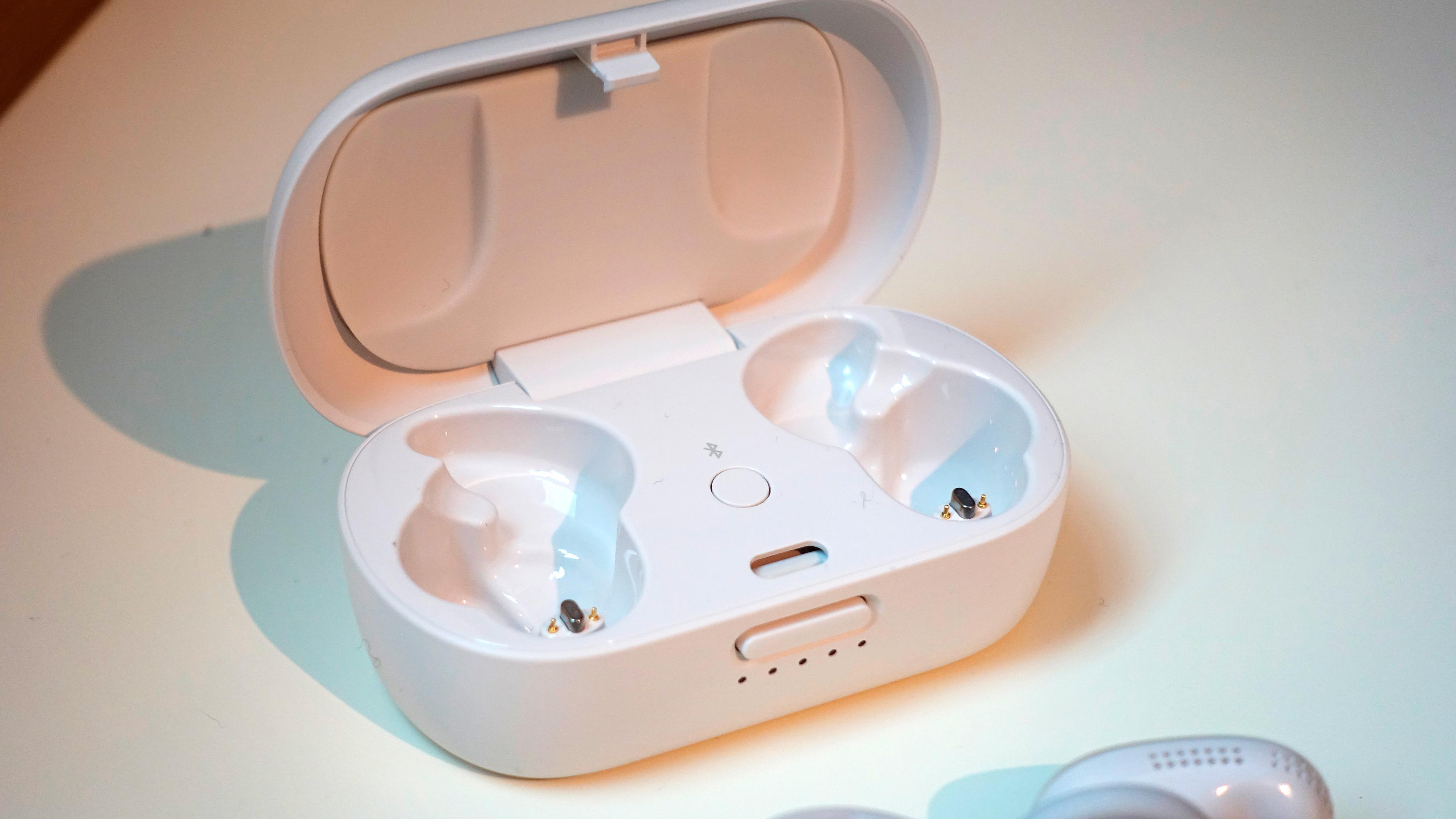Når du tar øreproppene ut av eska første gang, vil de automatisk gå i paringsmodus. For å koble dem til Bose-appen må du dessuten holde inne knappen inne i etuiet, og det gjøres også om du vil pare dem med nye enheter.