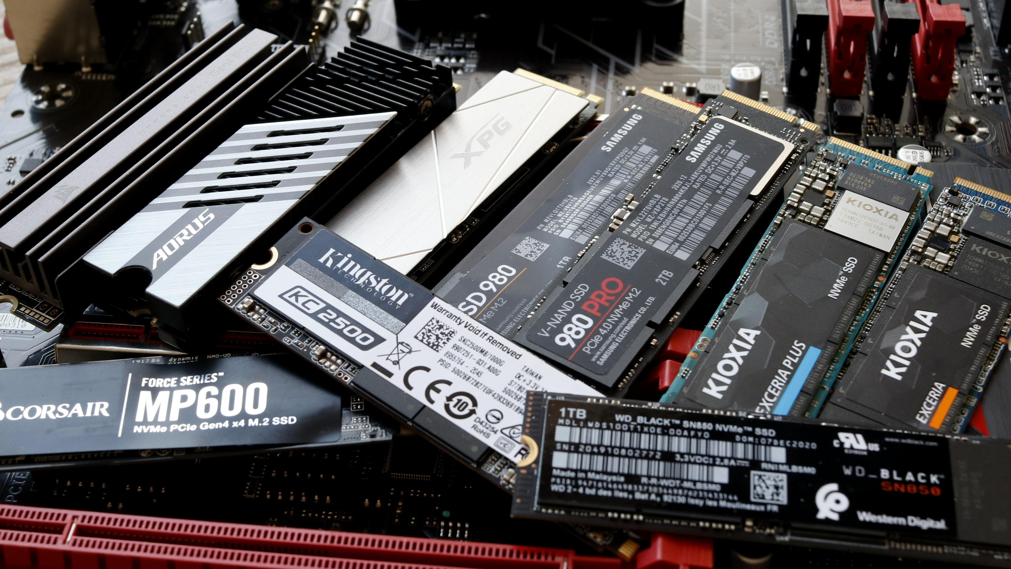 SSD-er. Ofte ser lagringsenhetene som brukes i bærbare maskiner litt annerledes ut enn dem som er avbildet. Det er fordi de enten er krympet ned eller loddet rett på hovedkortet. De er imidlertid basert på samme teknologi.