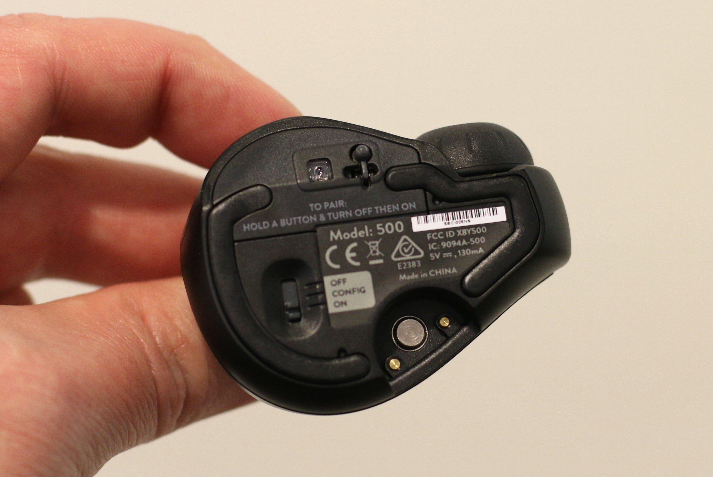 På undersiden har du sensor, stylus, av-/på-/konfigurasjonsbryter og instruksjoner for paring. Foto: Vegar Jansen, Tek.no