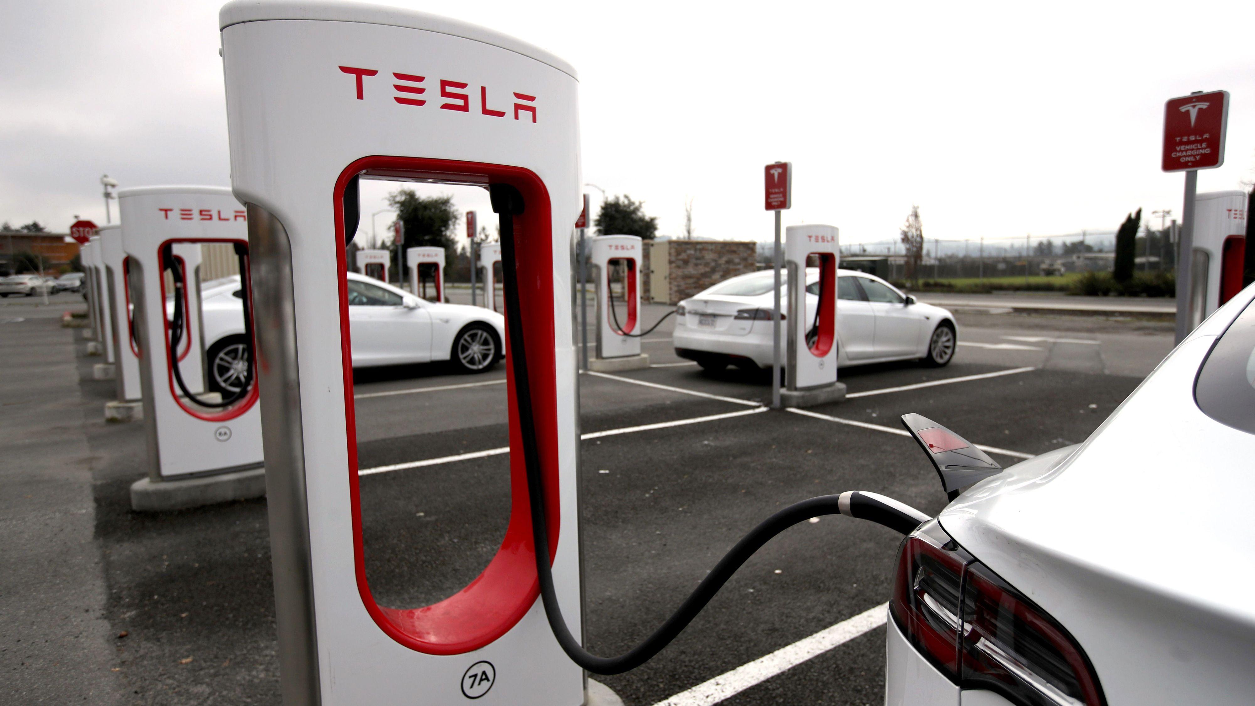 Tesla åpner verdens største superlader stasjon på Nebbenes