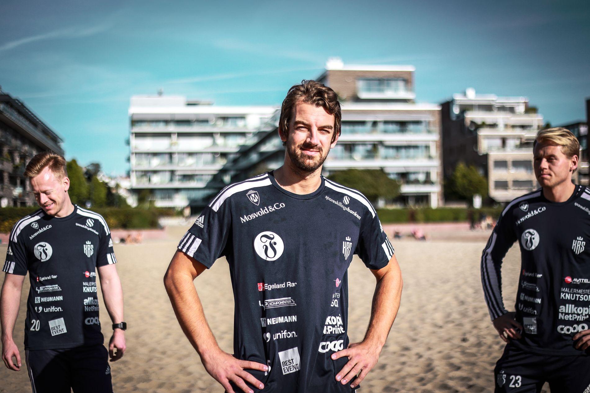 Øyvind Frigstad (i midten) på Bystranda. Her fotografert sammen med Preben Egeli (til venstre bak) og Sebastian Schultz Hansen (til høyre bak).