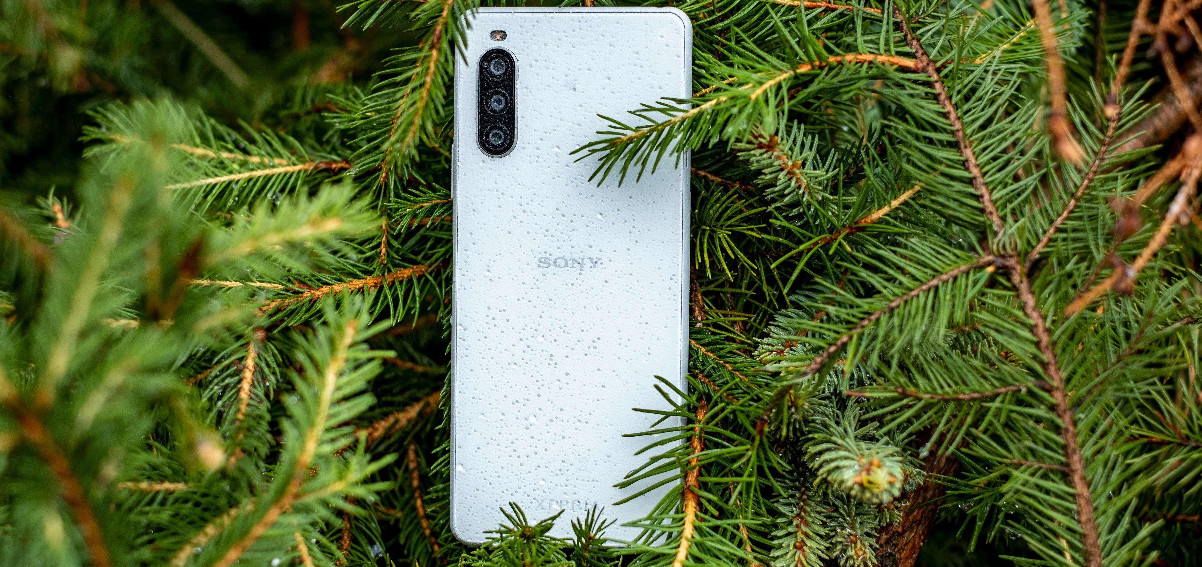 Som en av svært få mobiler i denne prisklassen er Xperia 10 II sertifisert vanntett. Denne tåler altså uvær og litt til.