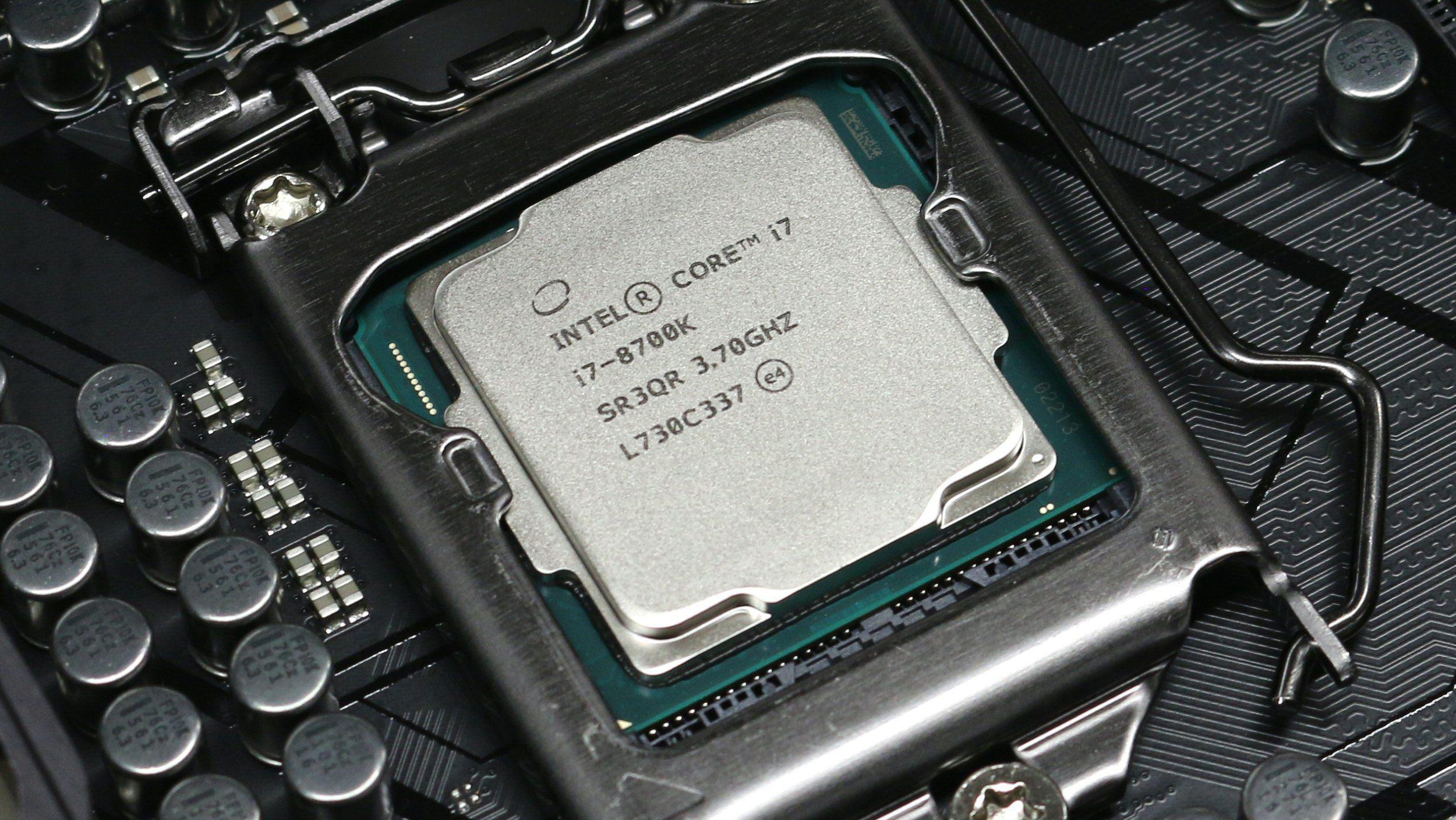 Intel Core i7-8700K kan virkelig gi jernet med hovedkortprodusentenes «auto-overklokk».