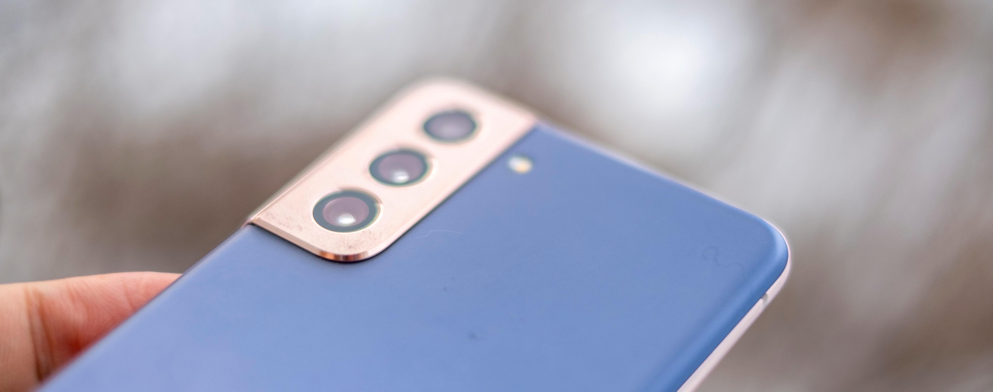 Plasten på baksiden betyr flere ting. Telefonen blir mindre glatt og glir ikke rundt på alle overflater og den tåler støt bedre. Men den tåler også nøkler og slitasje dårligere enn glasset i de andre to S21-modellene. Oppsig og nedsig der altså.