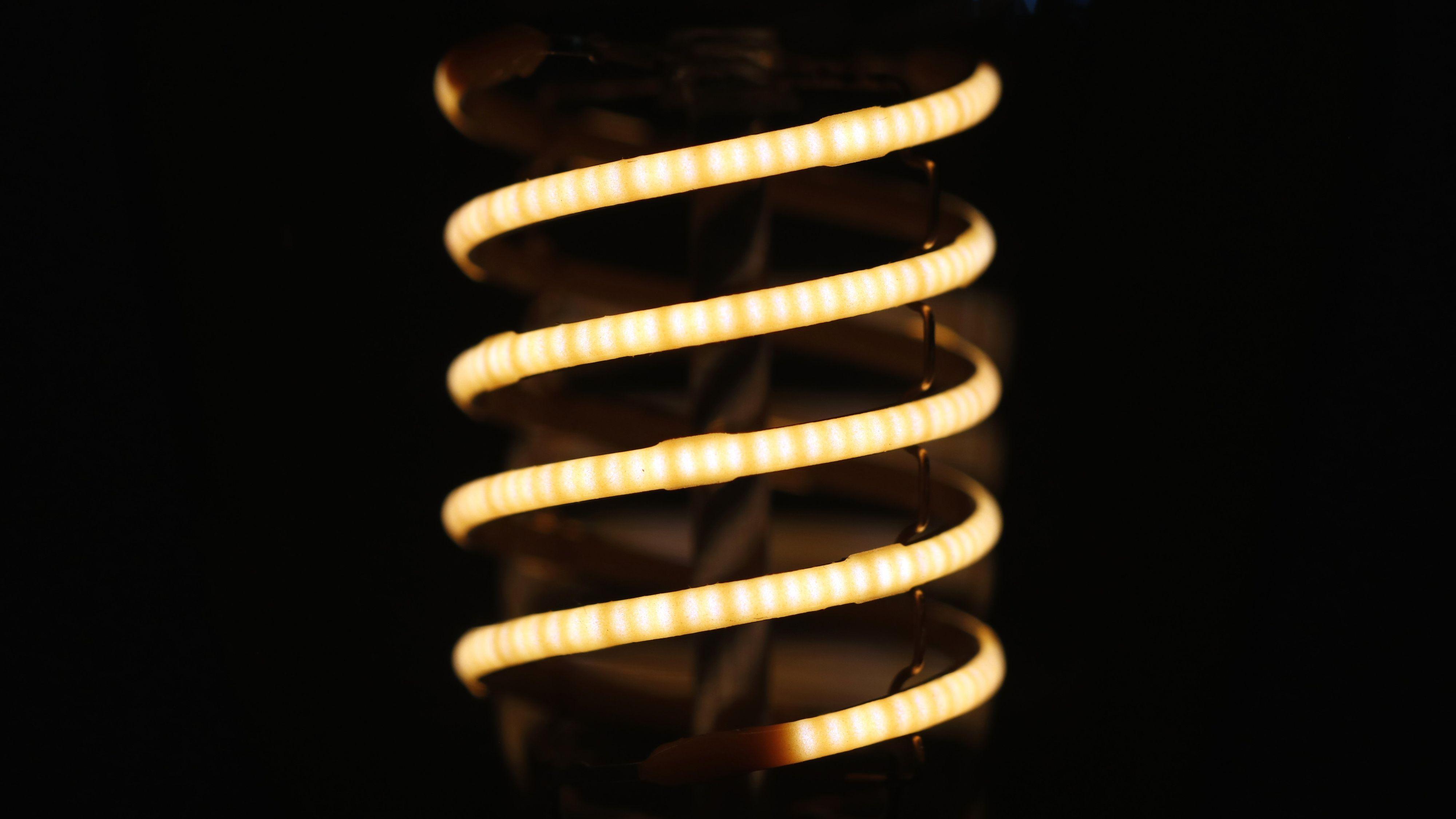 Med lav lysstyrke kan det være mulig å se de enkelte diodene i et filament.