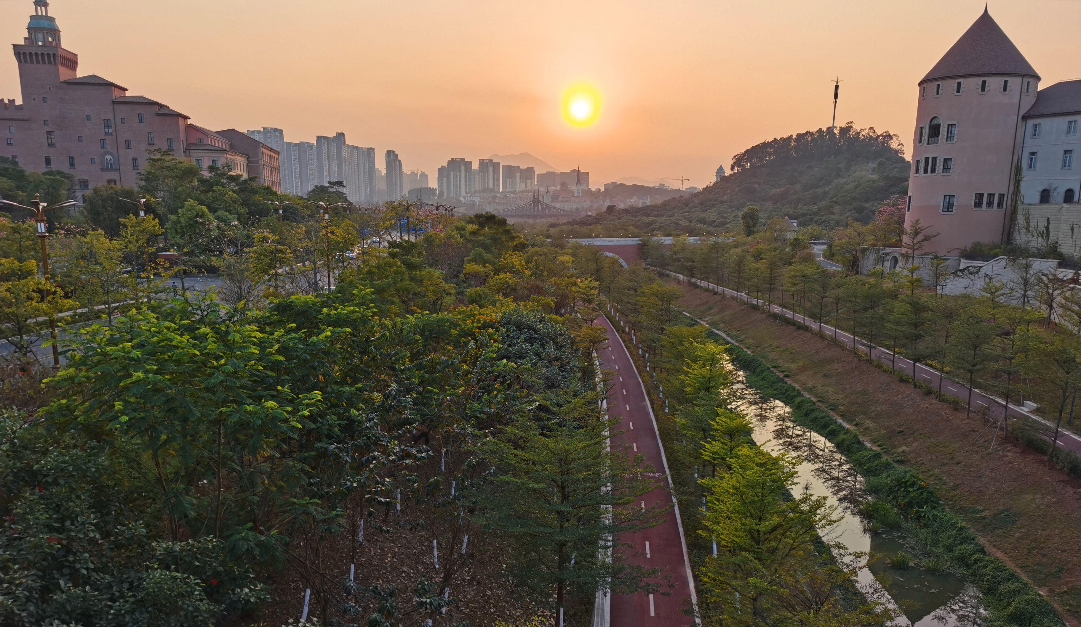 Alt du ser på dette bildet tilhører Huaweis nye hovedkvarter utenfor Shenzhen i Kina. Selv sammenliknet med giganter som Google og Apple i California er dette uhorvelig digert.