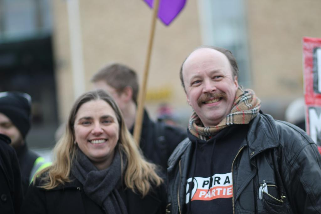 Piratpartiets leder, Geir Aaslid, med Anna Troberg, leder av Piratpartiet i Sverige.Foto: Piratpartiet