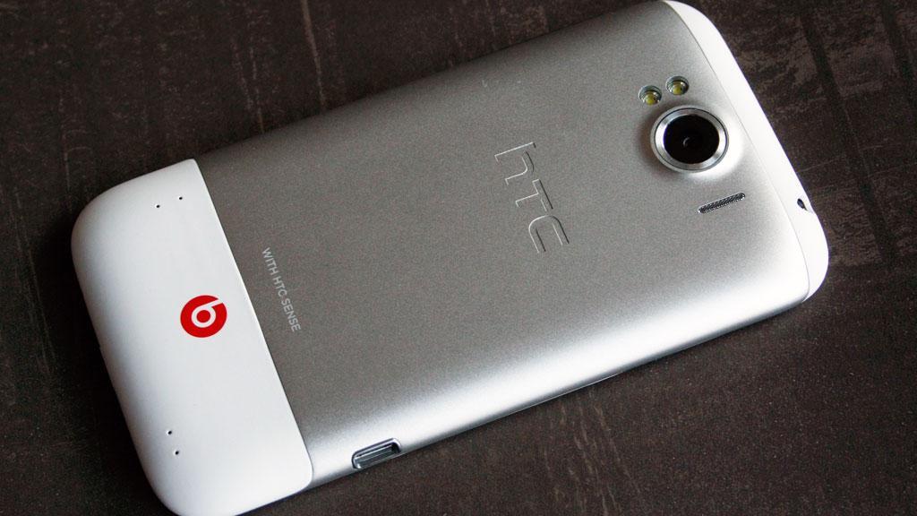 Slik ser baksiden ut. Batteridekselet er i metall. Den røde Beats-logoen viser at dette er en mobiltelfon med lydbrikke fra Beats.