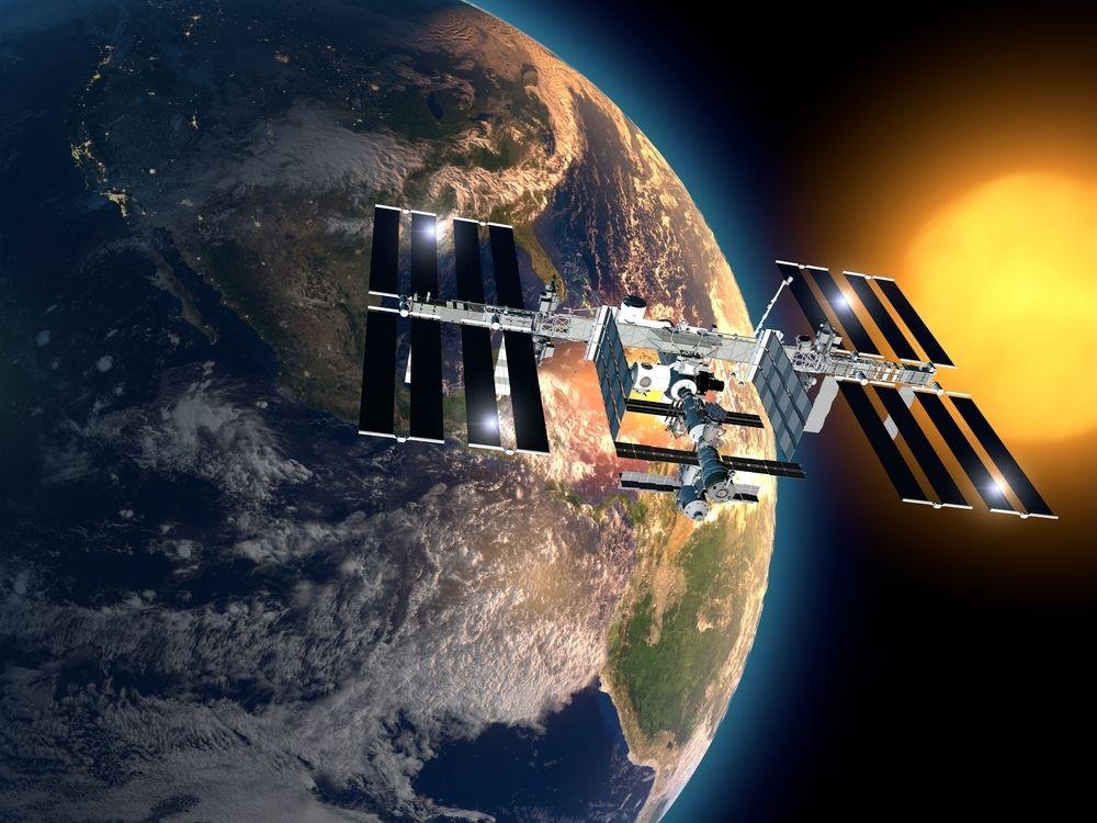 Romstasjonen ISS er ikke alene om å gå i bane rundt Jorden. Foto: Naeblys/Shutterstock.com