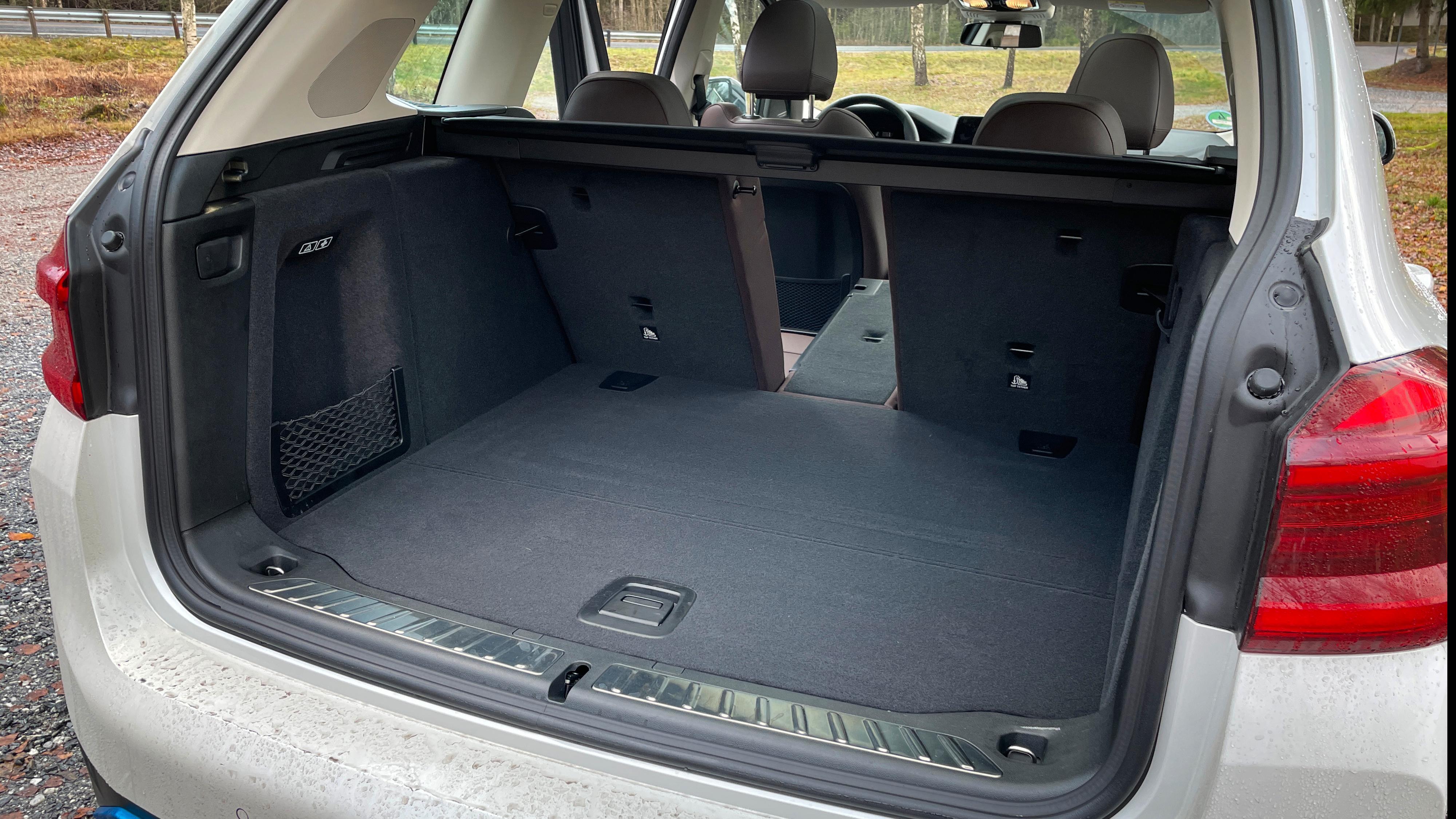 BMW oppgir 510 liter bagasjerom i iX3, mot 550 liter for X3. Baksetene kan legges ned i 40–20–40-splitt, og du får et lite rom under gulvet til for eksempel ladekabler.