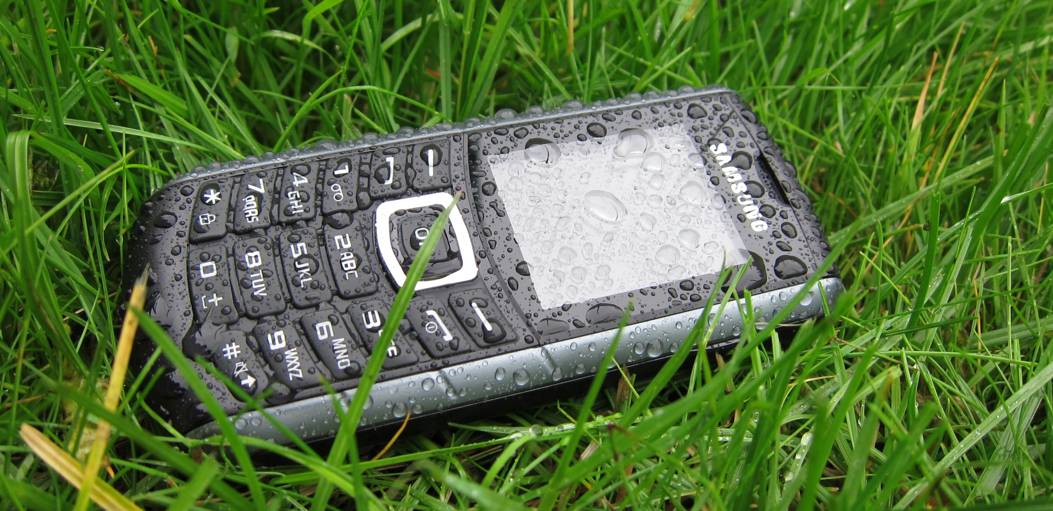 Samsung E2370 lar seg ikke stoppe av norsk høstvær.