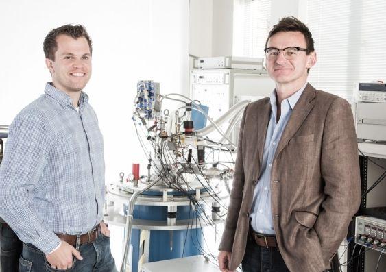 Forsker Menno Veldhorst (t.v) og prosjektleder Andrew Dzurak i laboratoriet hvor eksperimentet ble utført. Foto: University of South Wales