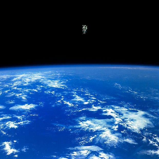 Her er astronauten Bruce McCandless farlig langt unna skipet sitt. .Foto: NASA