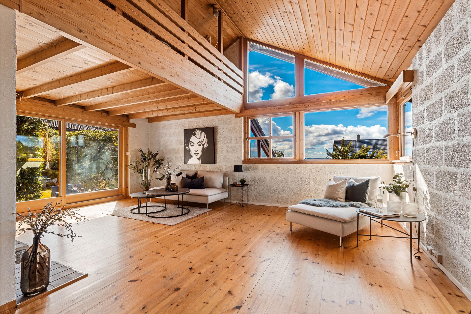 ROM FOR AVSLAPPING: I stuen er det god plass til sofagruppe, her har du også direkte adkomst til terrassen.