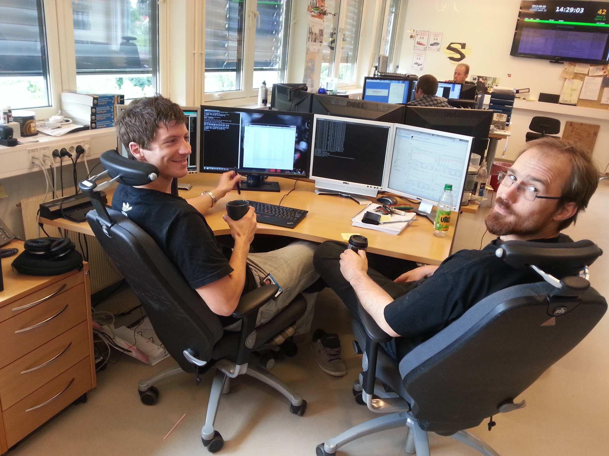 Kjetil Høyme til venstre sammen med Cisco-instruktør Jon Langseth. Kjetil ble ansatt ved skolen etter ferdig bachelor i drift.