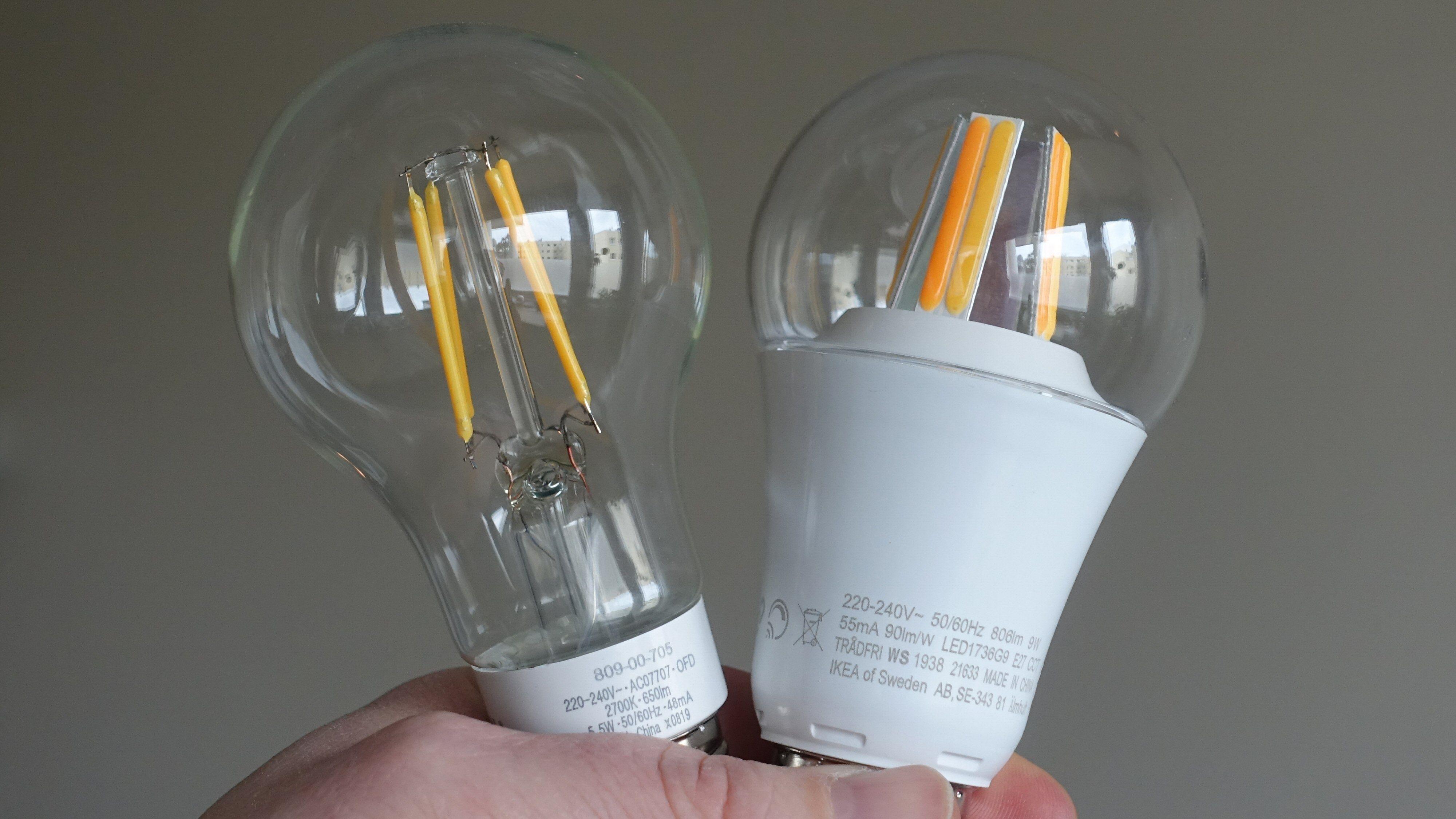 Lyspærer fra Ledvance og Ikea. Førstnevnte er en COG-LED-pære med fire filamenttråder og kuppel av ekte glass. Ikeas COB-LED-variant har flere «tråder» og lyser sterkere. For god nok kjøling har pæra da fått en slik stor base som vi oftere ser på SMD-pærer. I tillegg kan vi se at Ikea har brukt to forskjellige fosformikser, som igjen betyr at pæra kan gi oss forskjellige fargetemperaturer.
