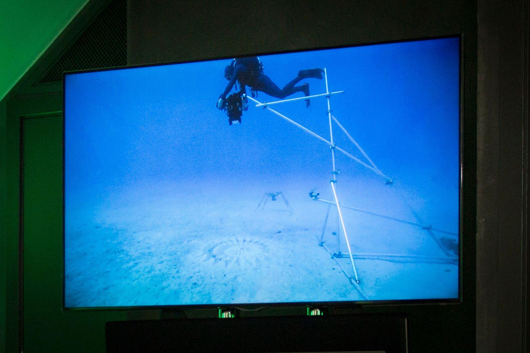 Barrington og Willis viste flere klipp fra serien, blant annet dette hvor et av innspillingsteamene har laget en spesialrigg for å filme under vann. Foto: Kristoffer Møllevik