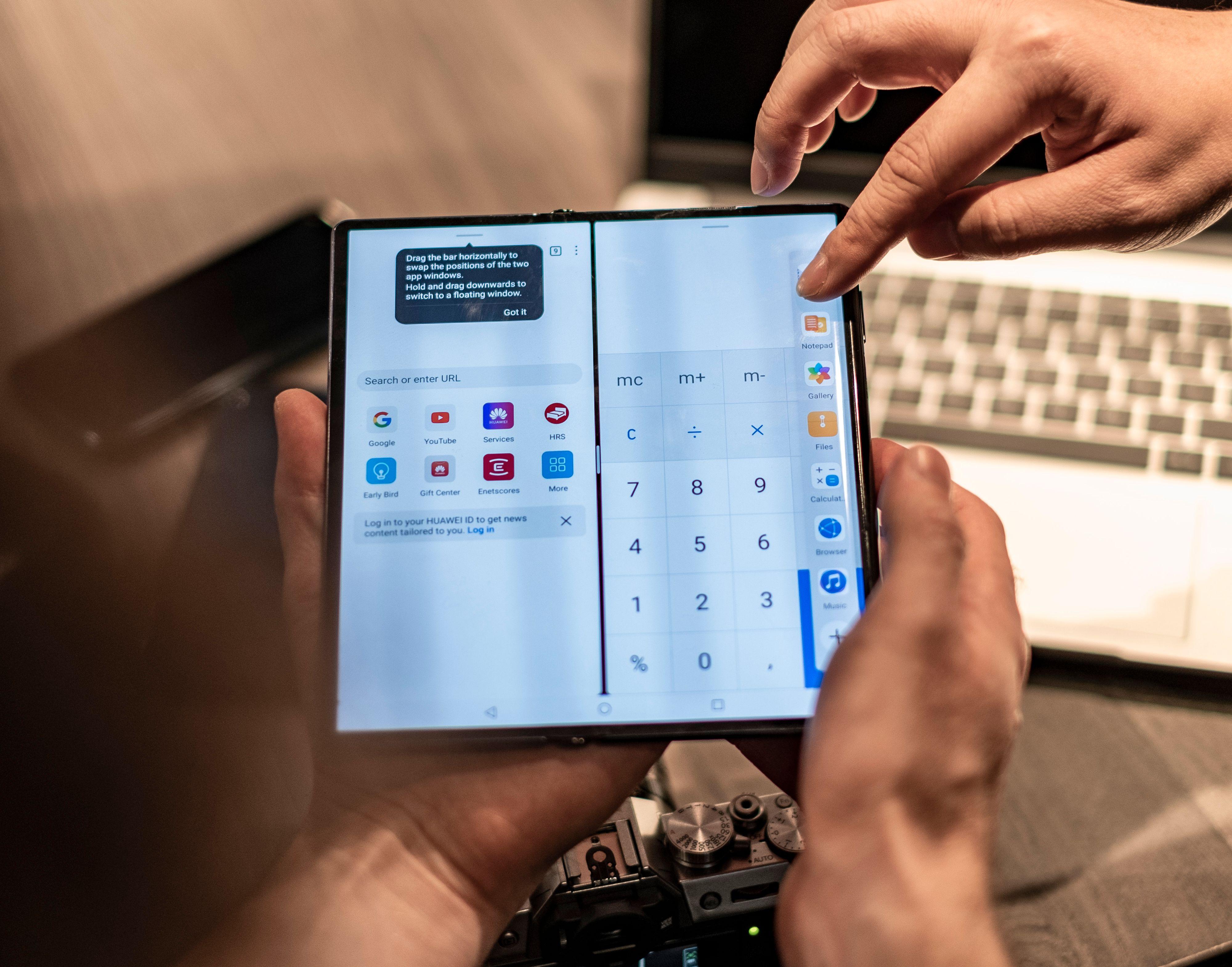 Den store skjermen er spesielt godt egnet til å kjøre flere apper samtidig. Huawei skal ha forbedret fleroppgavekjøringen mye siden sist, og nå skal det gå an å flytte innhold mellom opptil tre aktive apper - to som deler skjermen mellom seg og én som flyter oppå de to andre.
