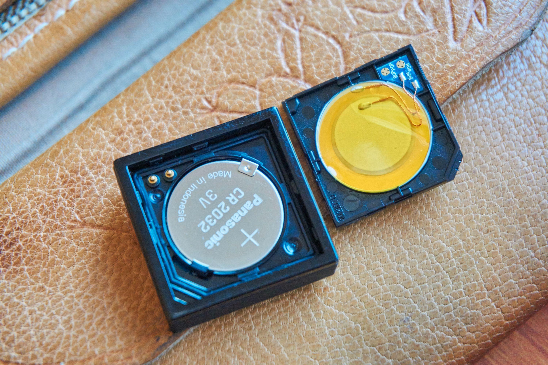 Slik ser Nokia Treasure Tag ut på innsiden. Den er solid bygget, og gummpakninger tyder på at Nokias brikke skulle tåle en dukkert eller to. Tykkelsen har nok også gitt plass til en kraftig høyttaler, samt også kraftig bluetooth-sender – noe som merkes godt i bruk.