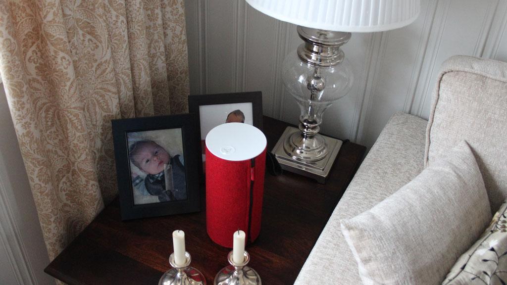Høyttaleren tar lite plass på et bord.Foto: Espen Irwing Swang, Amobil.no