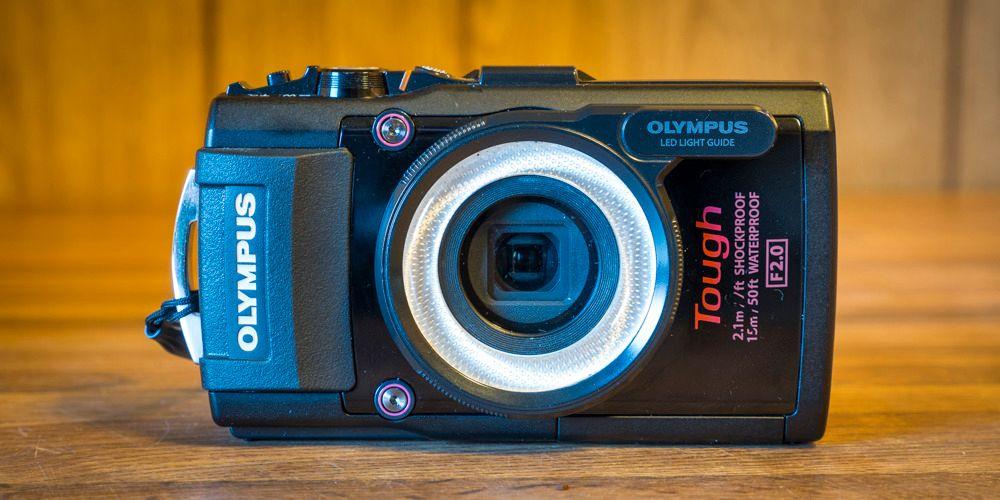 Olympus Tough TG-4, er avbildet med lysringen som leder kameraets LED-lys rundt objektivet. Foto: Kristoffer Møllevik, Tek.no