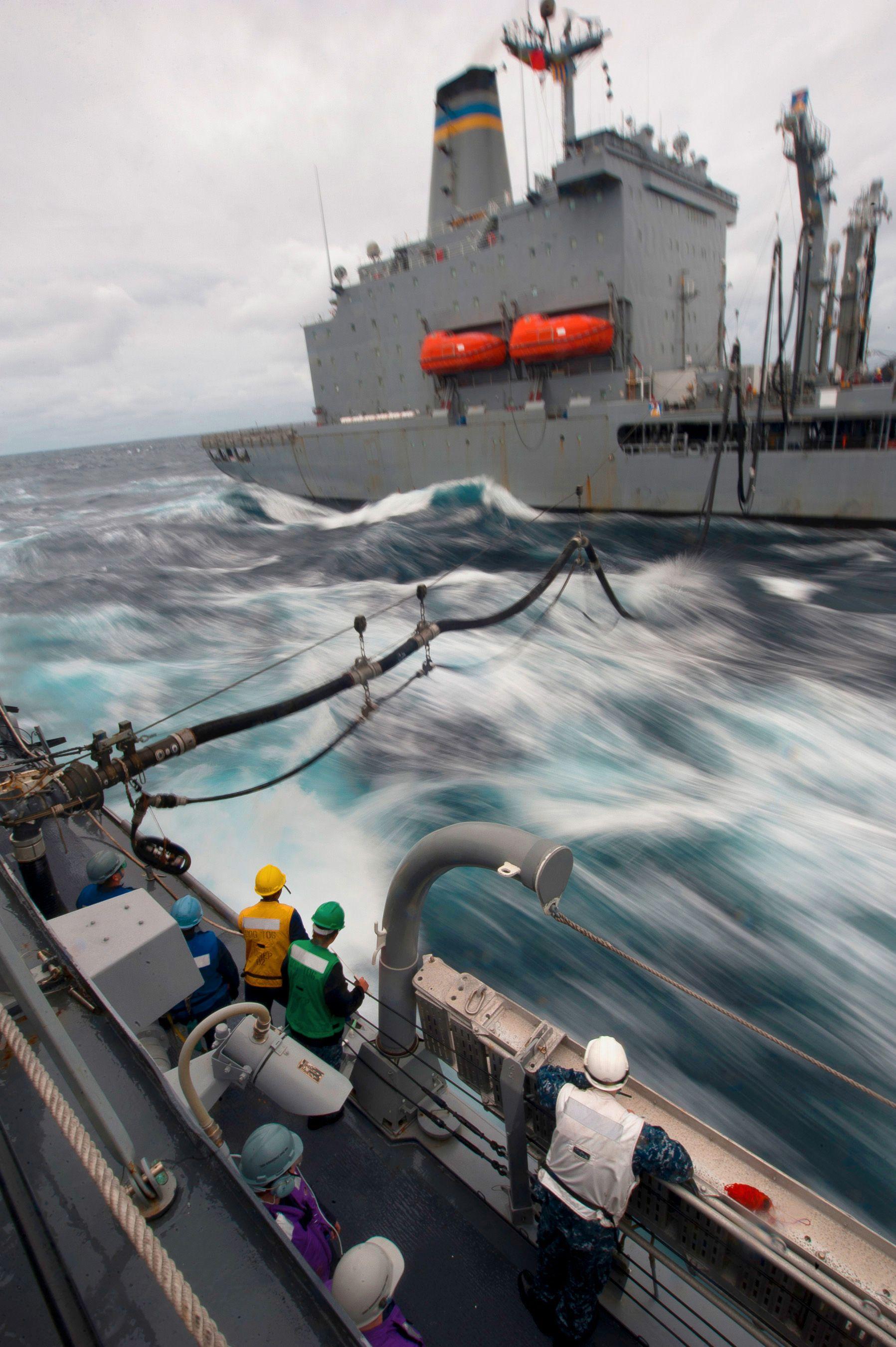 Det er tungvint og kostbart å fylle drivstoff på sjøen. Men i framtiden kan dette bli unødvendig.Foto: U.S. Navy Military Sea Lift Command