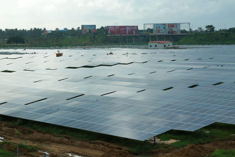 Anlegget består av 46 150 solcellepaneler. Foto: CIAL