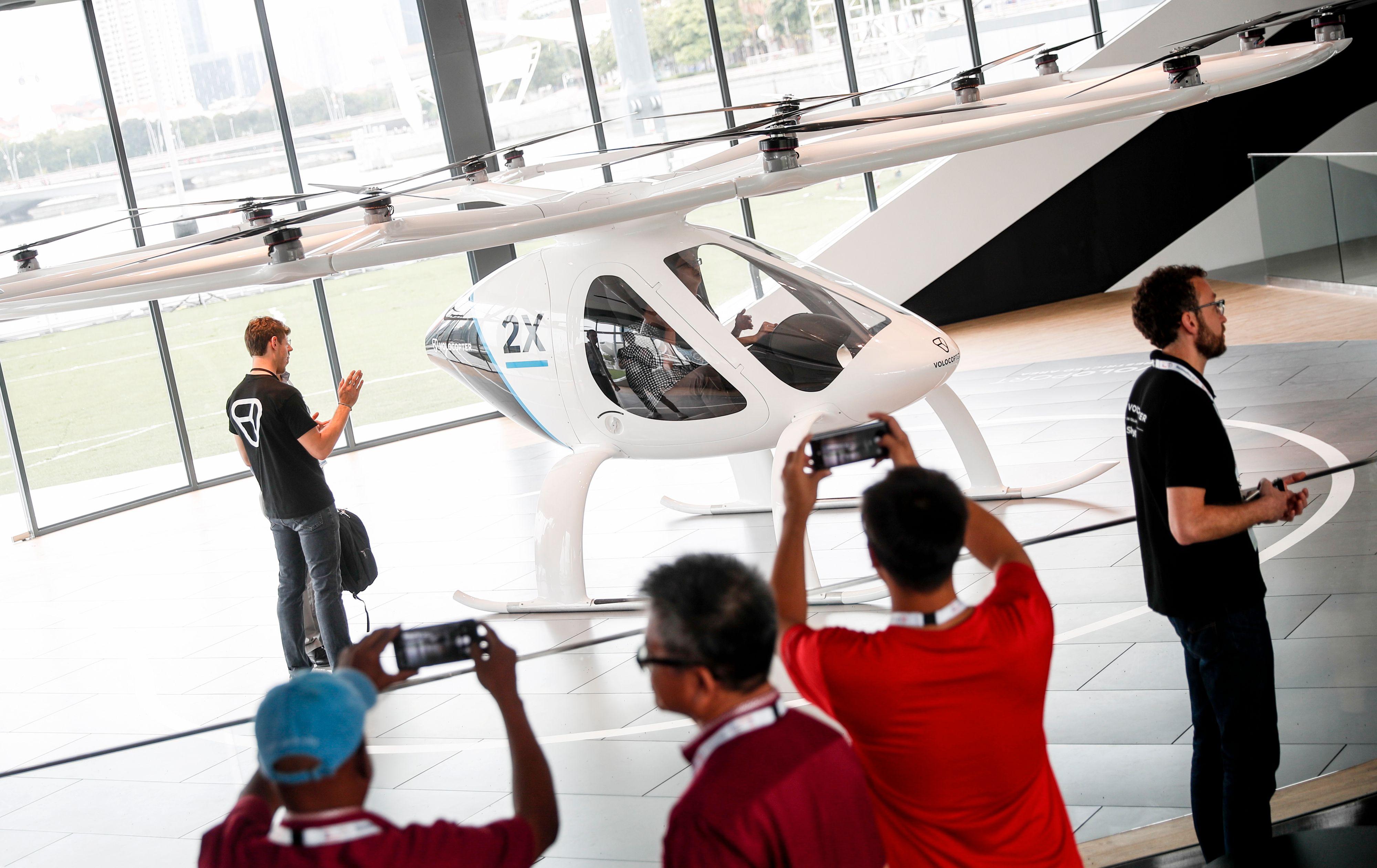 Volocopter-dronene er ikke stort større enn at de har plass til pilot og én passasjer – uten spesielt mye bagasje.