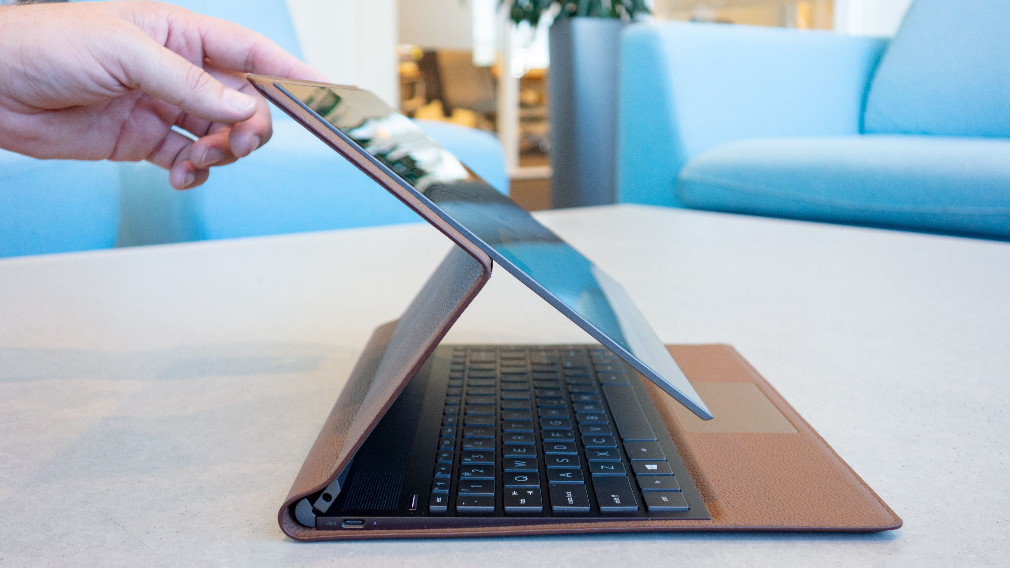 Ved å brekke, eller vippe skjermen mot deg tar du den fra vanlig modus eller videomodus til brettmodus med en håndbevegelse.