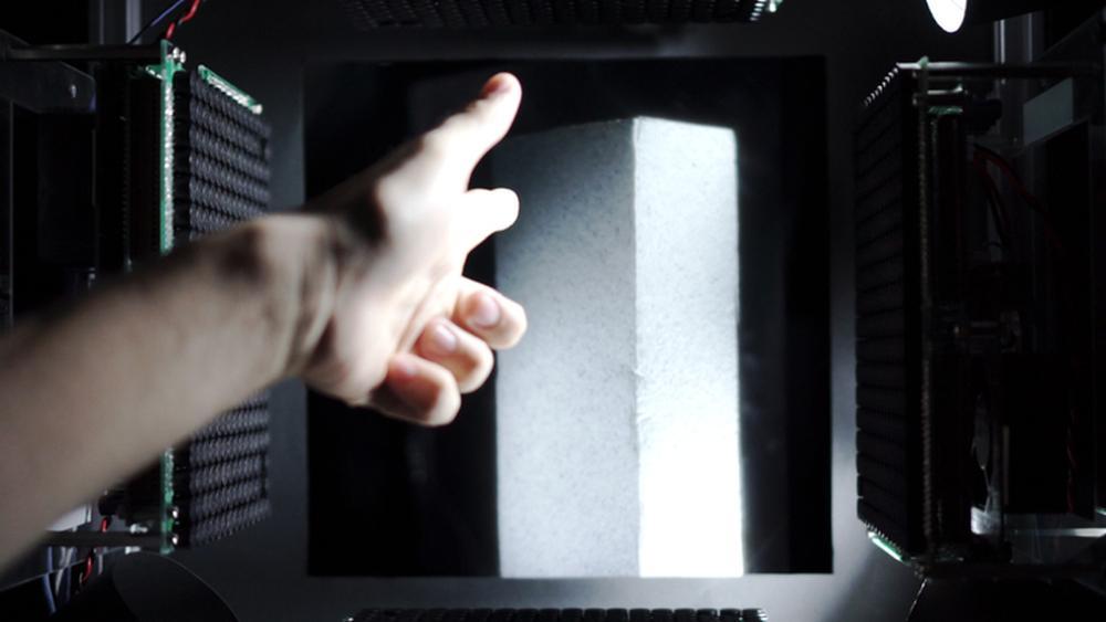 Her «tar» han på et virtuelt objekt med fingrene