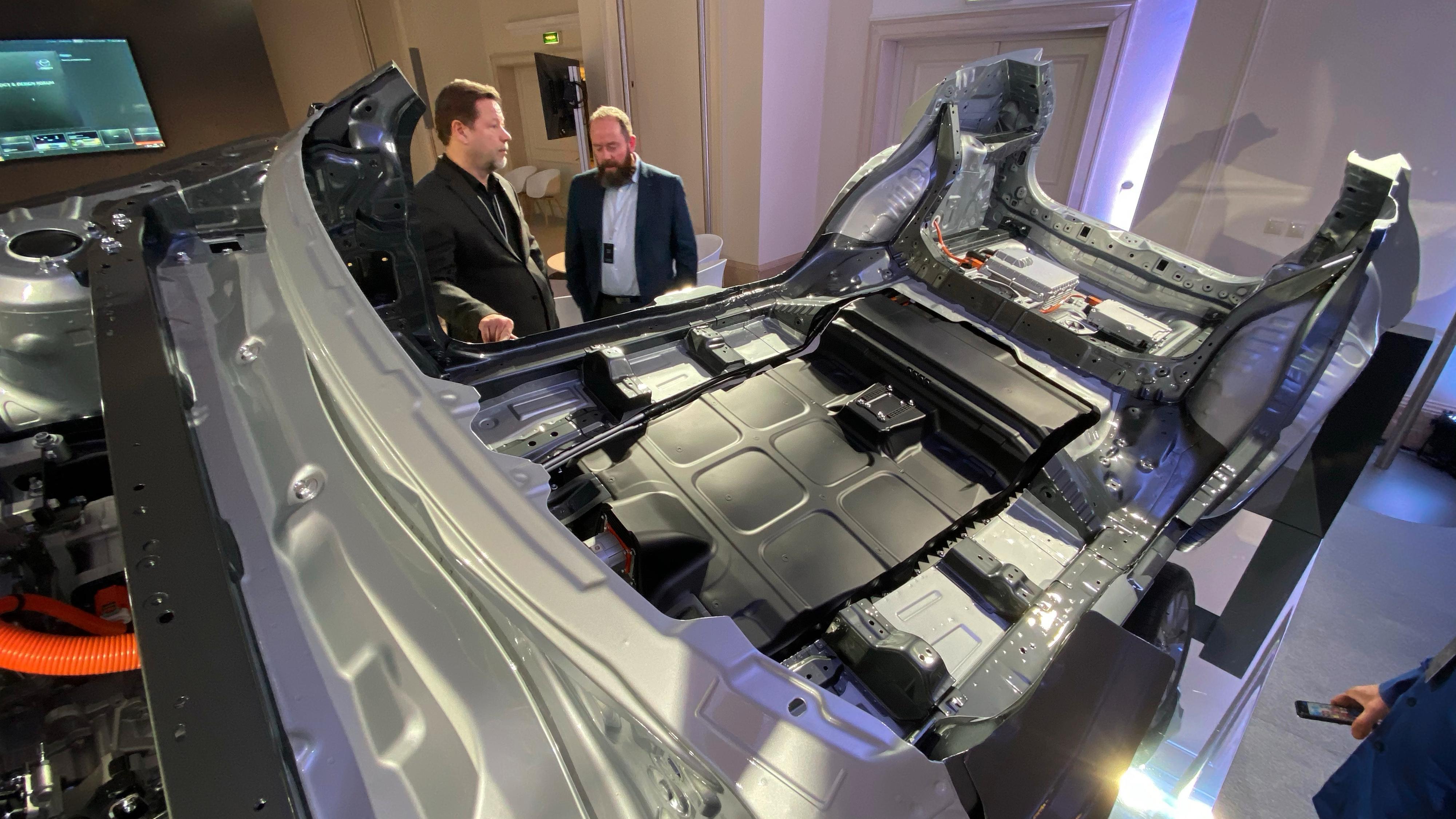En karosserimodell av MX-30. Bak til venstre sees Mazda Norges salgssjef Hauk Jensen.