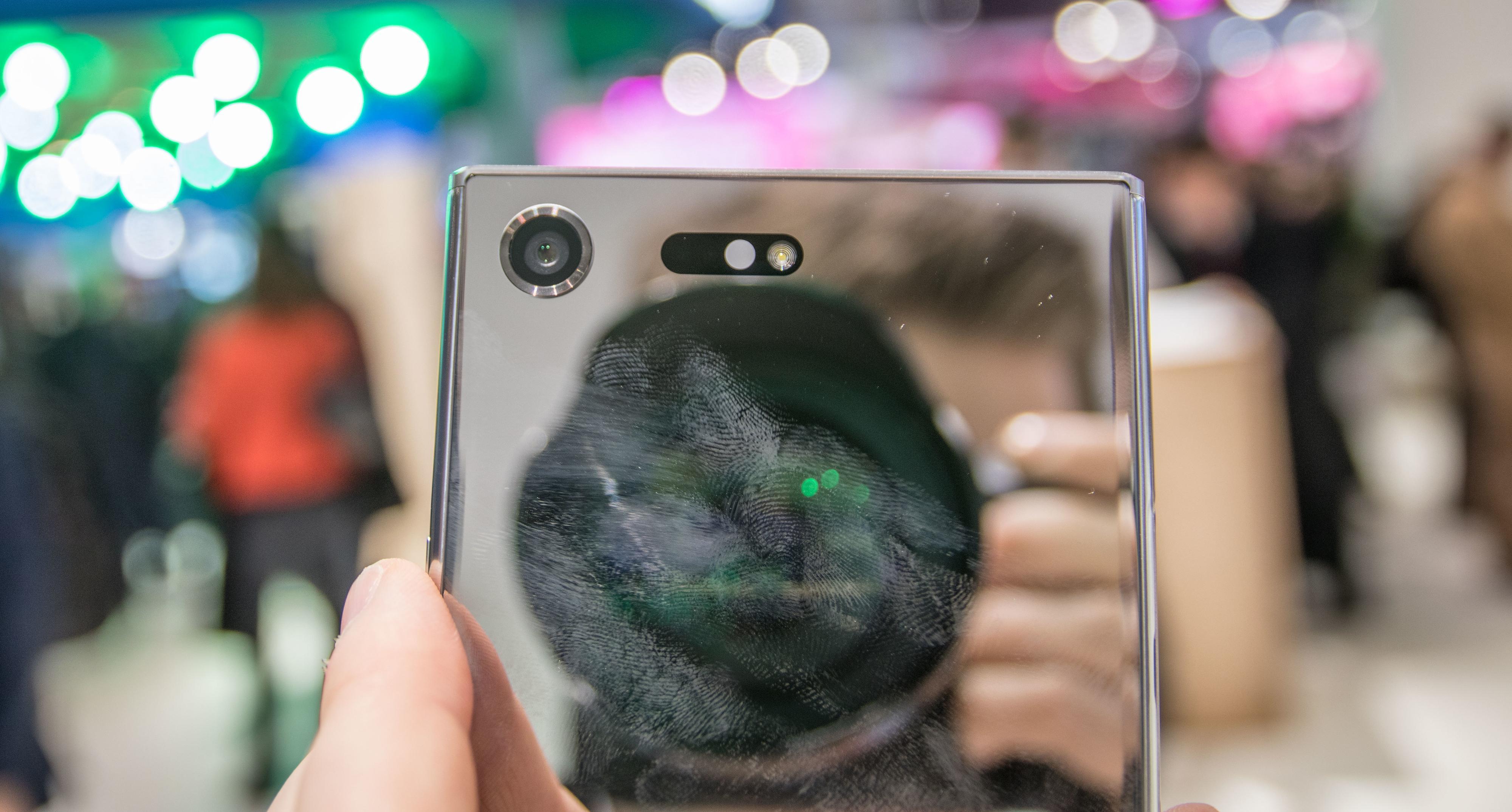 Baksiden er så speilblank at den kan fint brukes som speil. Markedets beste selfies, eller selfie-videoer i 960 fps? Hvis du klarer å se forbi fingeravtrykkene, da.