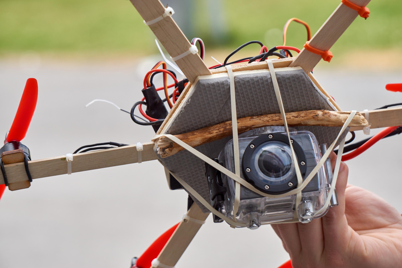 Provisoriske løsninger må til når man bygger dronene fra scratch selv.