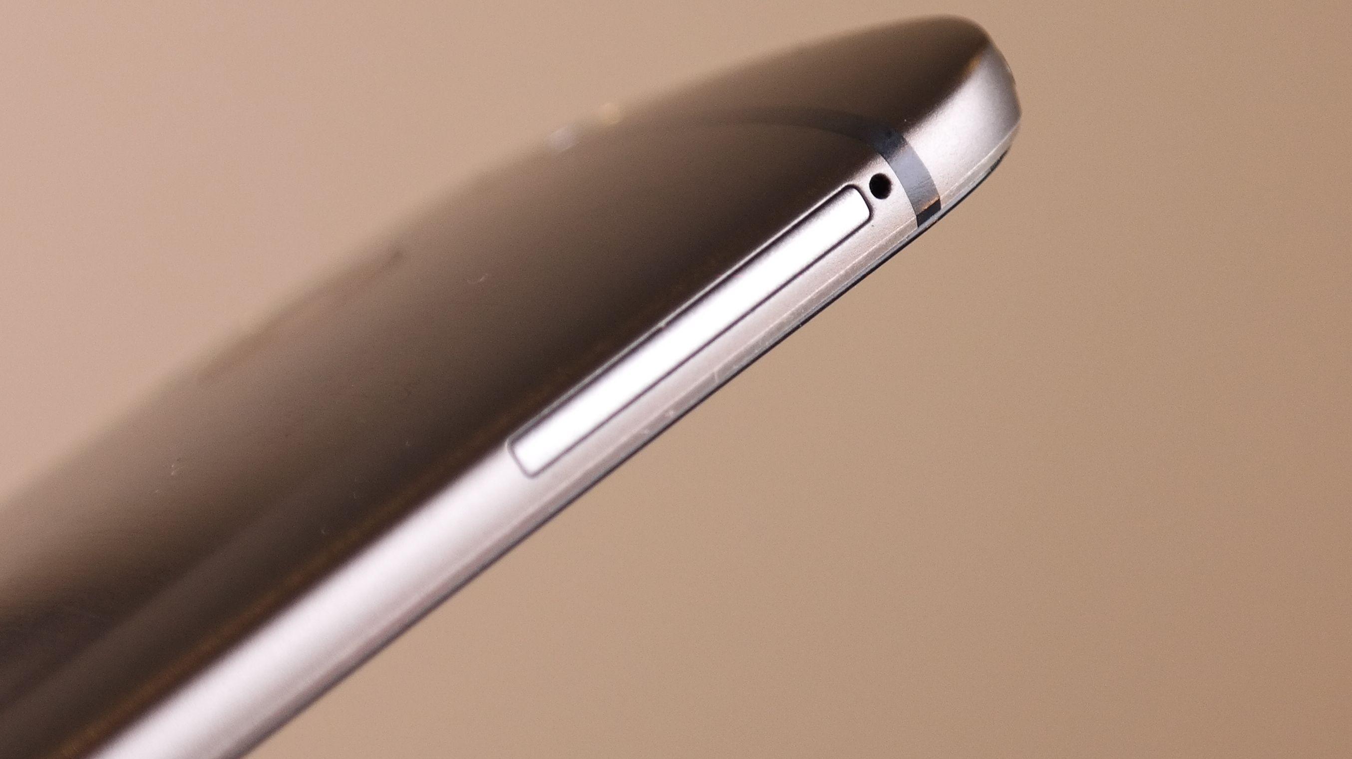 Luken er stor nok til to Nano-SIM-kort. Kan HTC ha en dual-SIM-versjon på gang?Foto: Espen Irwing Swang, Amobil.no