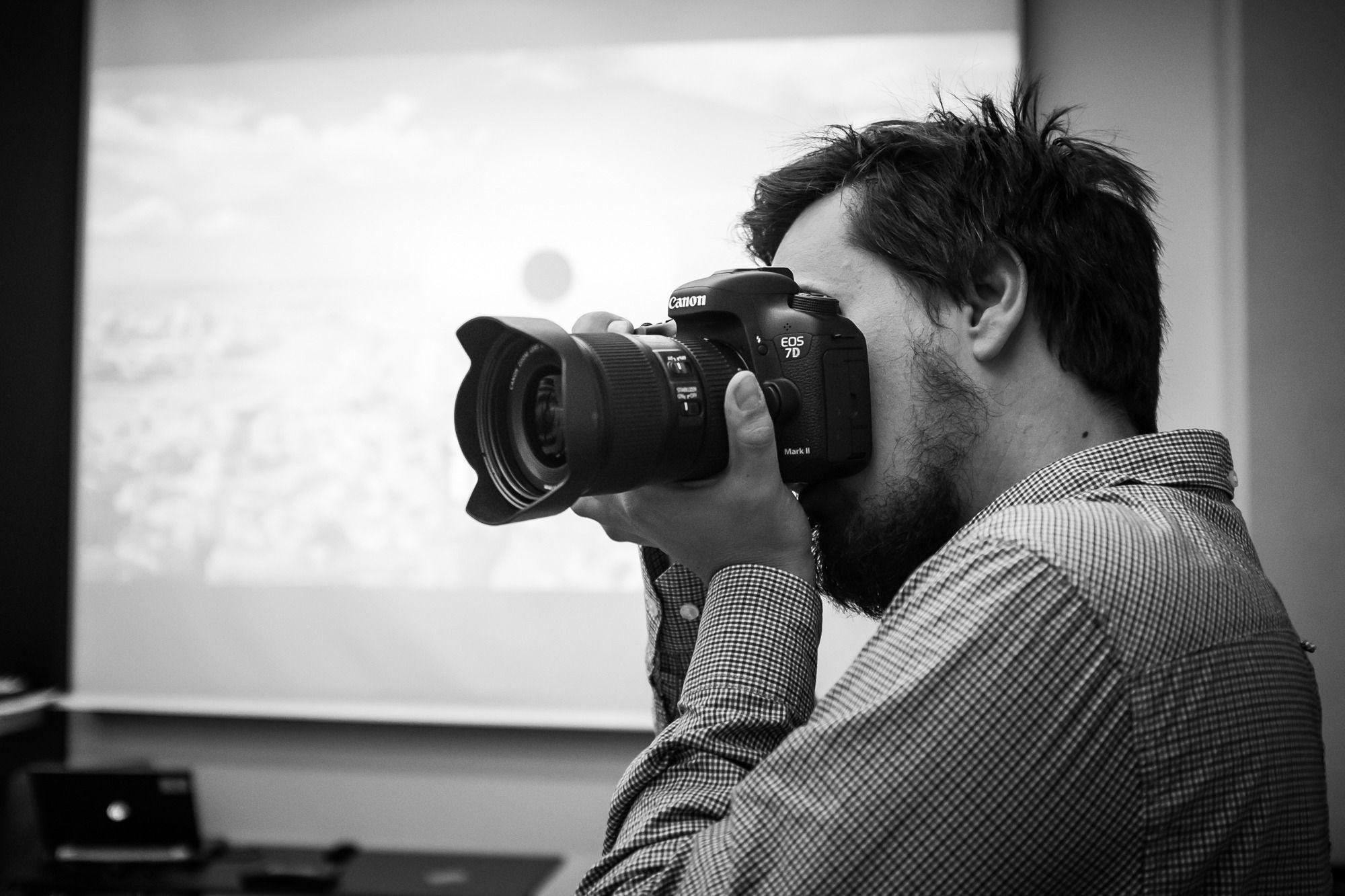 Canon EOS 7D Mark II ligger godt i hånden. (Foto: Johannes Granseth)