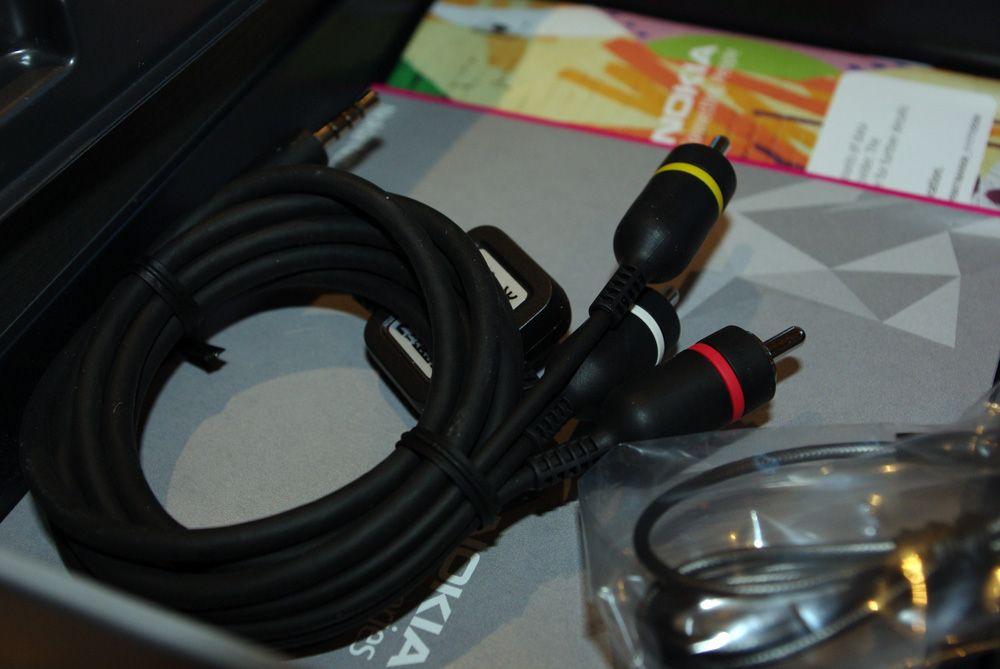 I esken følger det med kabel for tilkobling til TV.
