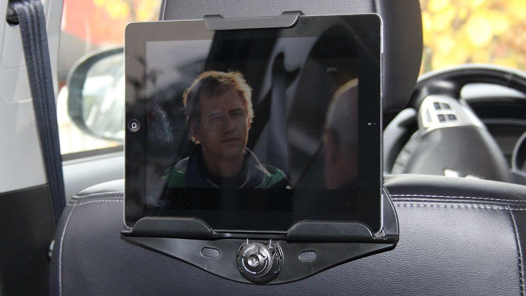 Targus brettholder med iPad på plass. Du har lite å gå på i forhold til justering av vinkel, men så er heller ikke utgangspunktet så ille.Foto: Espen Irwing Swang, Amobil.no